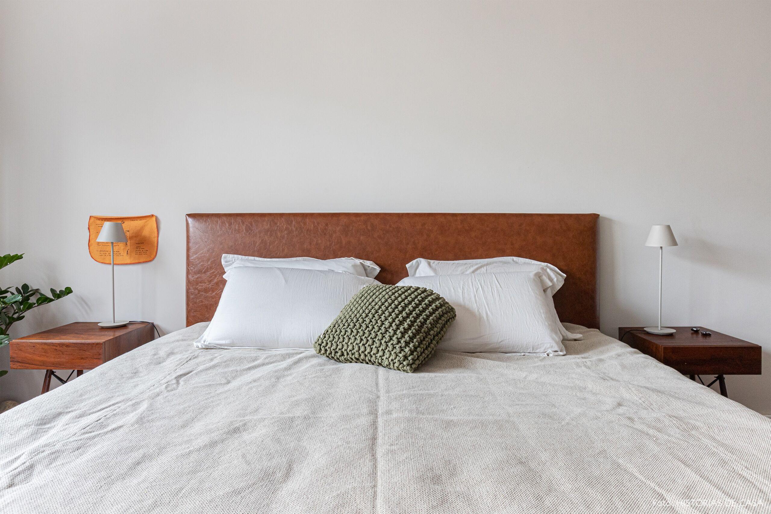 quarto-branco-cama-cabiceira-madeira-mesas-madeira