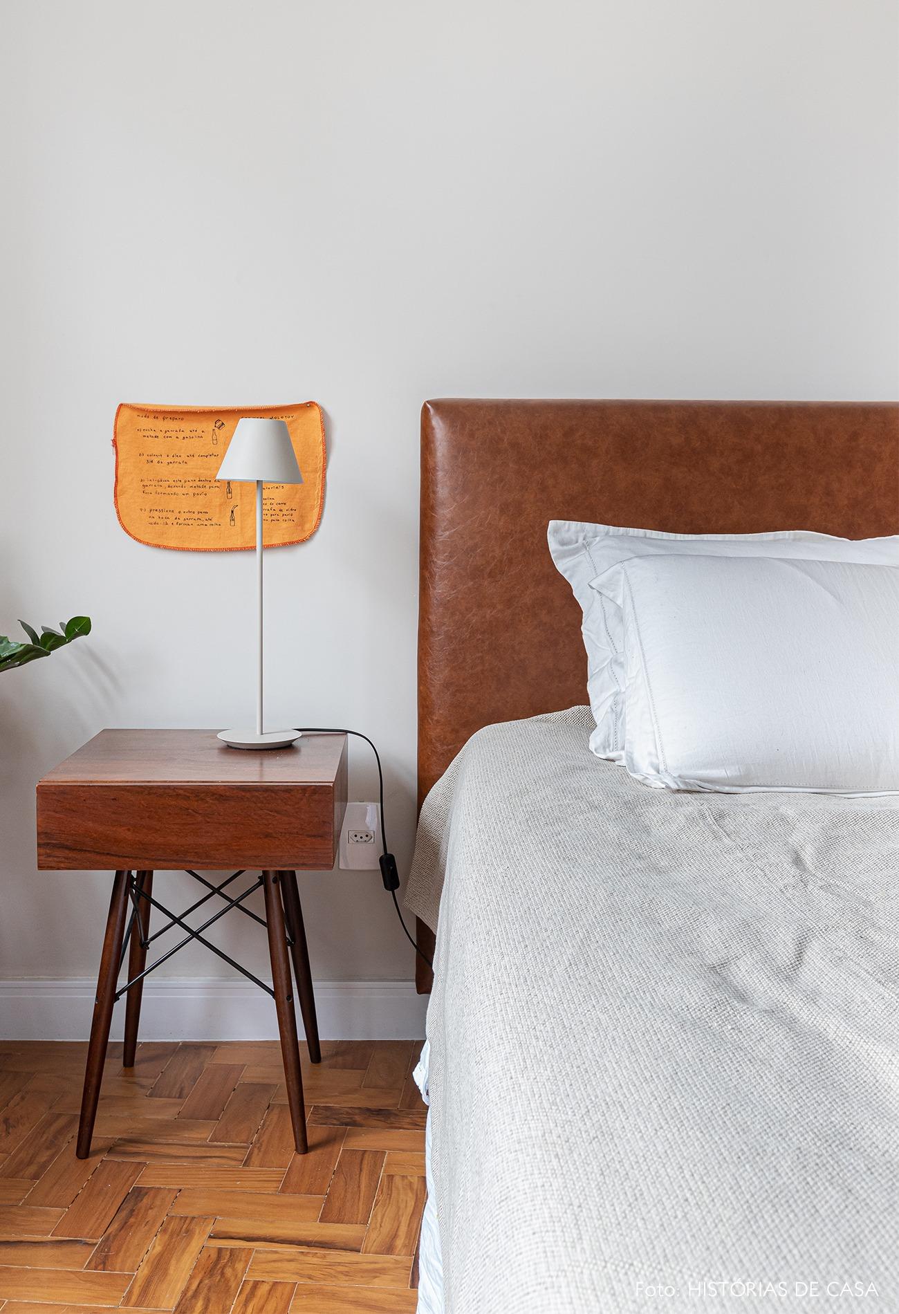 quarto-branco-parede-cama-mesa-lateral-madeira-abajur-branco