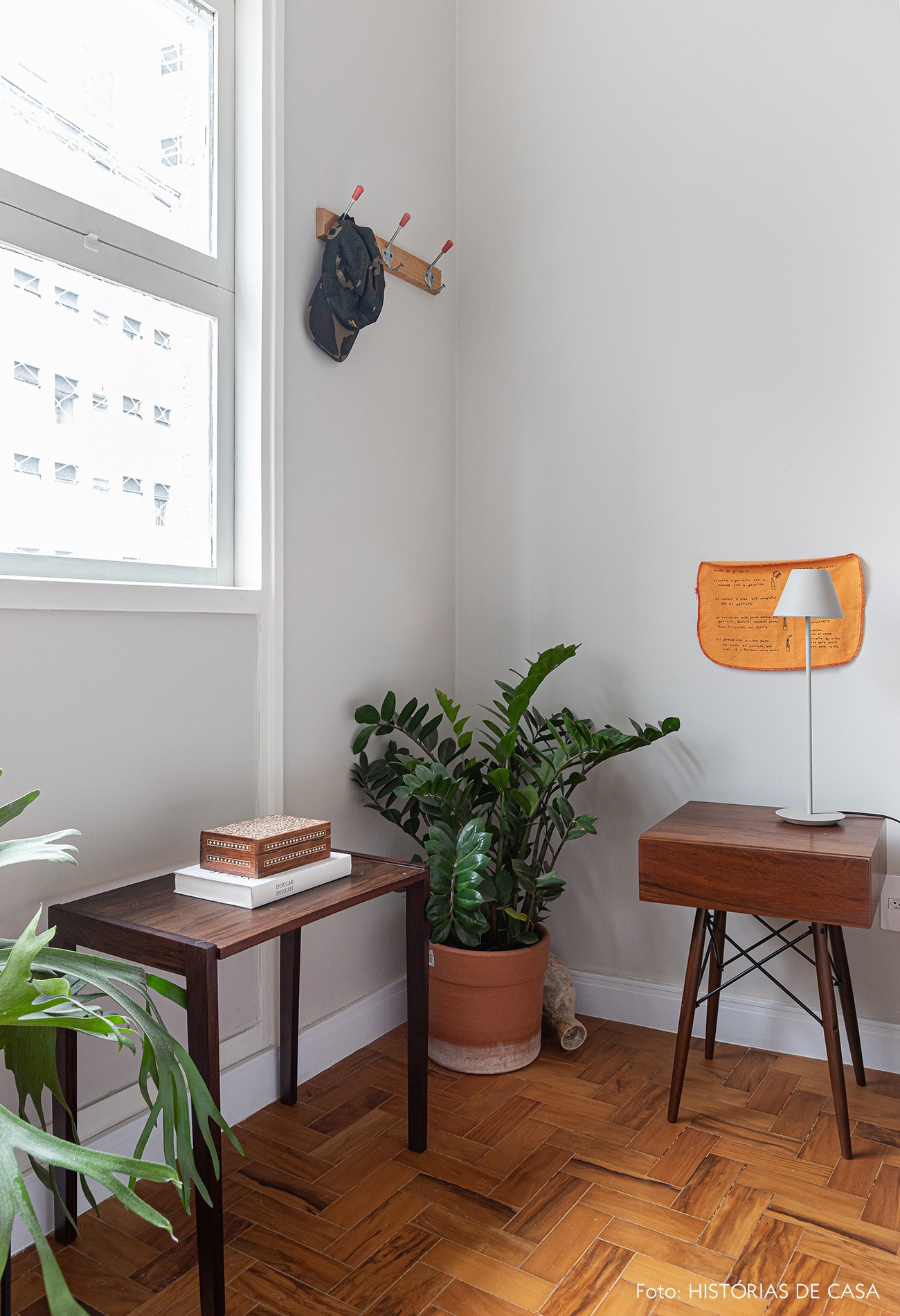 detalhe-quarto-mesa-lateral-abajur-planta