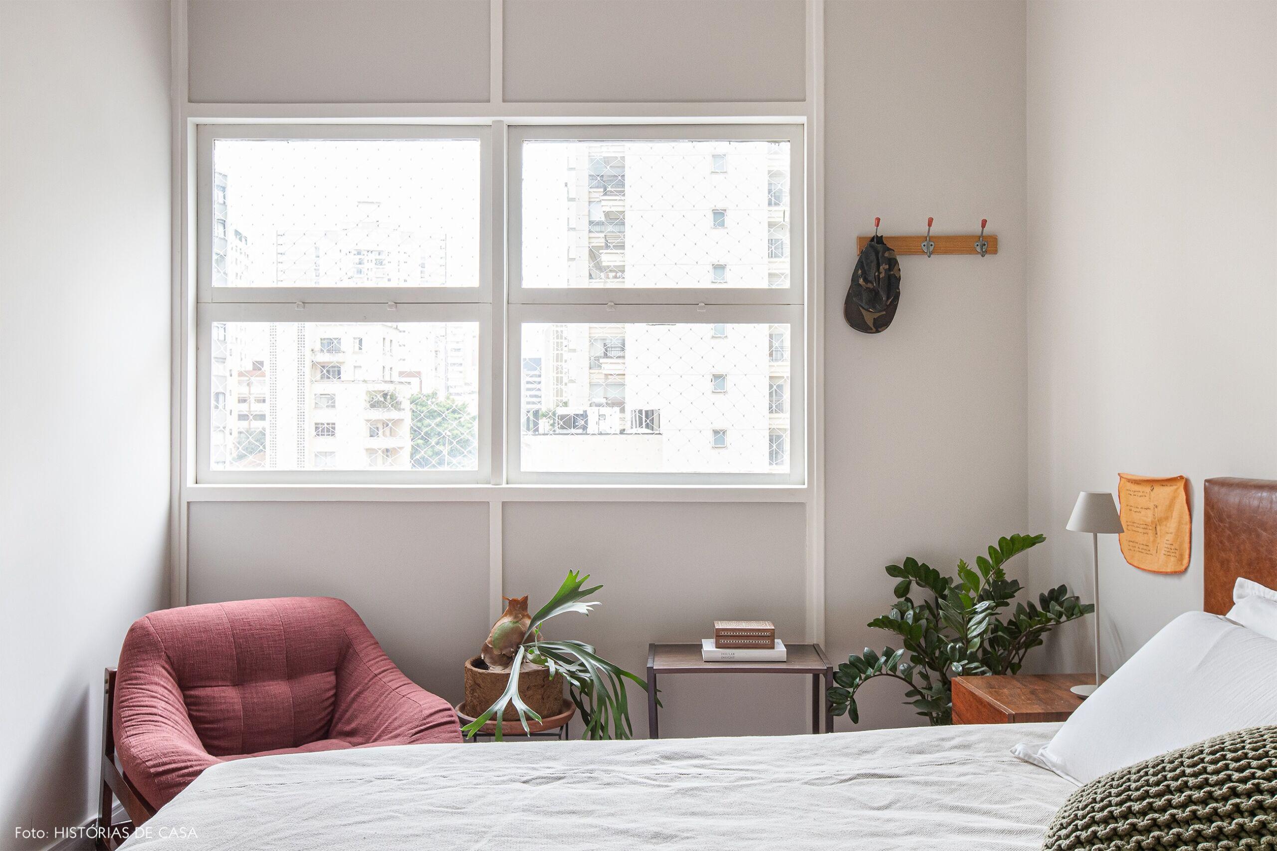 quarto-branco-poltrona-vermelha-plantas