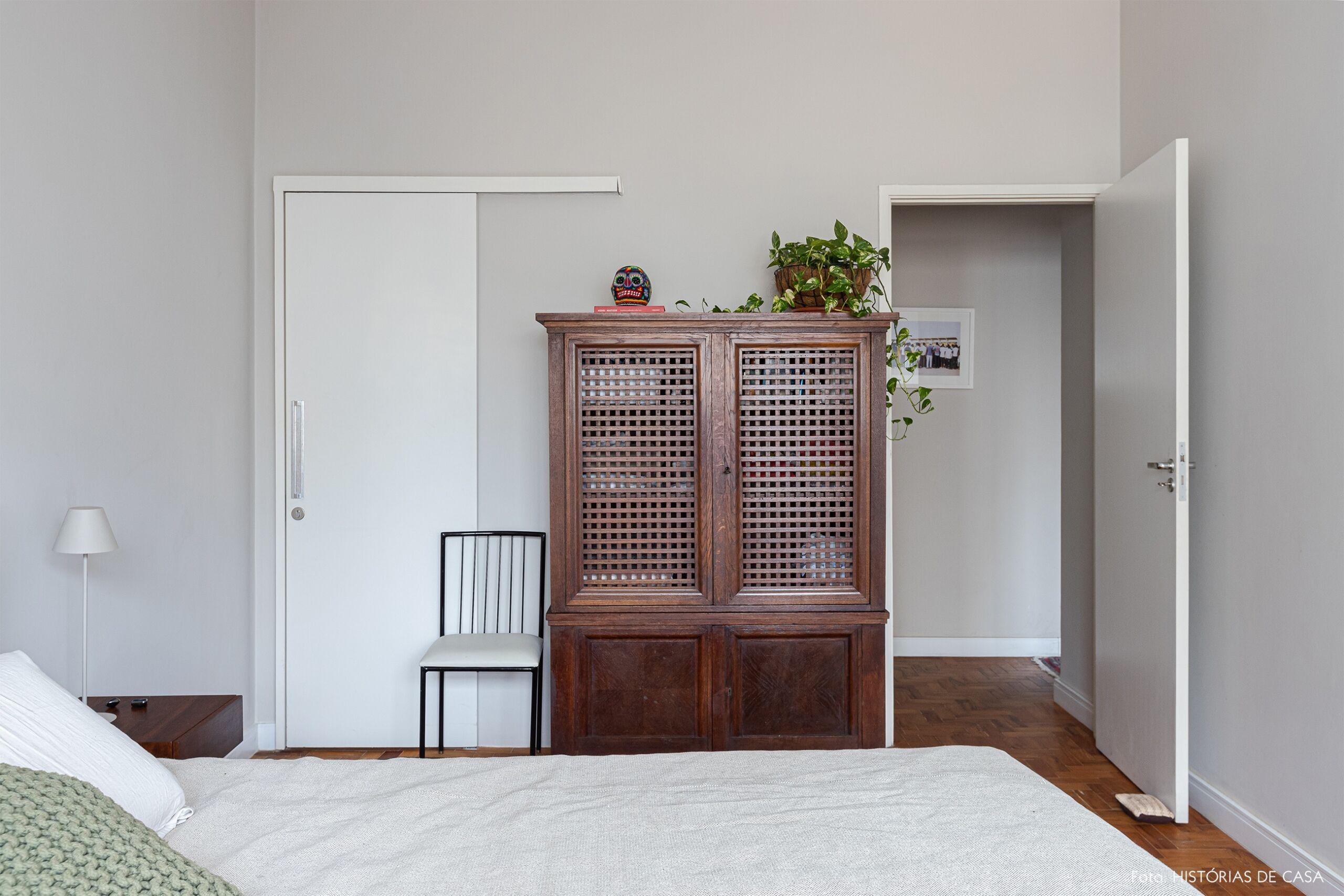 quarto-branco-armario-madeira-cadeira-metal-preto