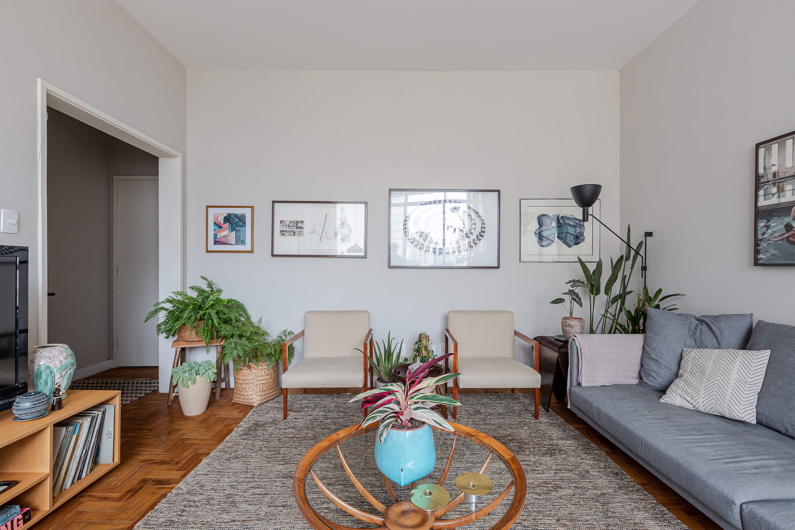 sala-tapete-sofa-cinza-mesa-madeira-vieo-vaso-azul