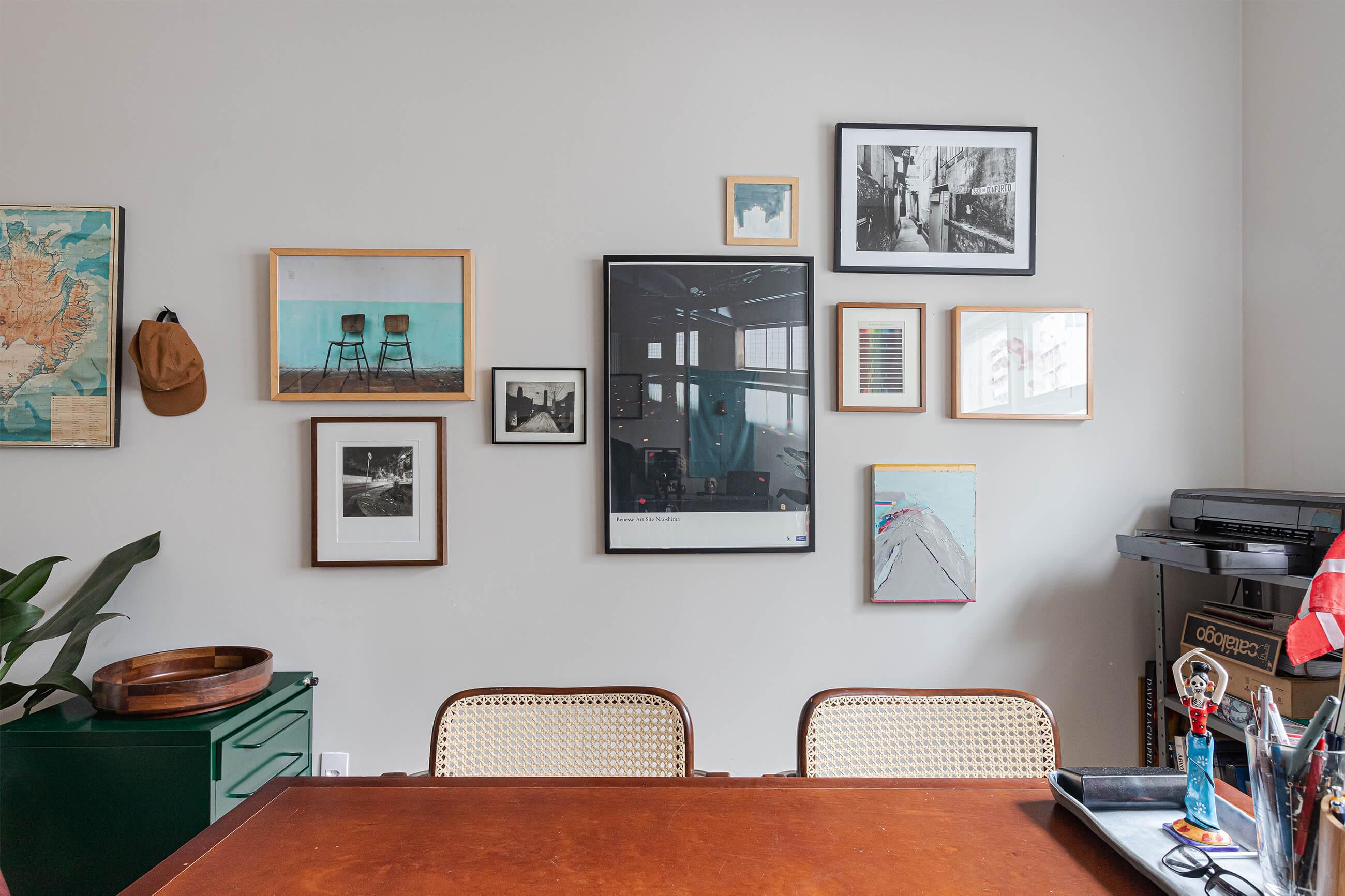 -home-office-mesa-cadeira-mesa-verde-quadros-fotografias