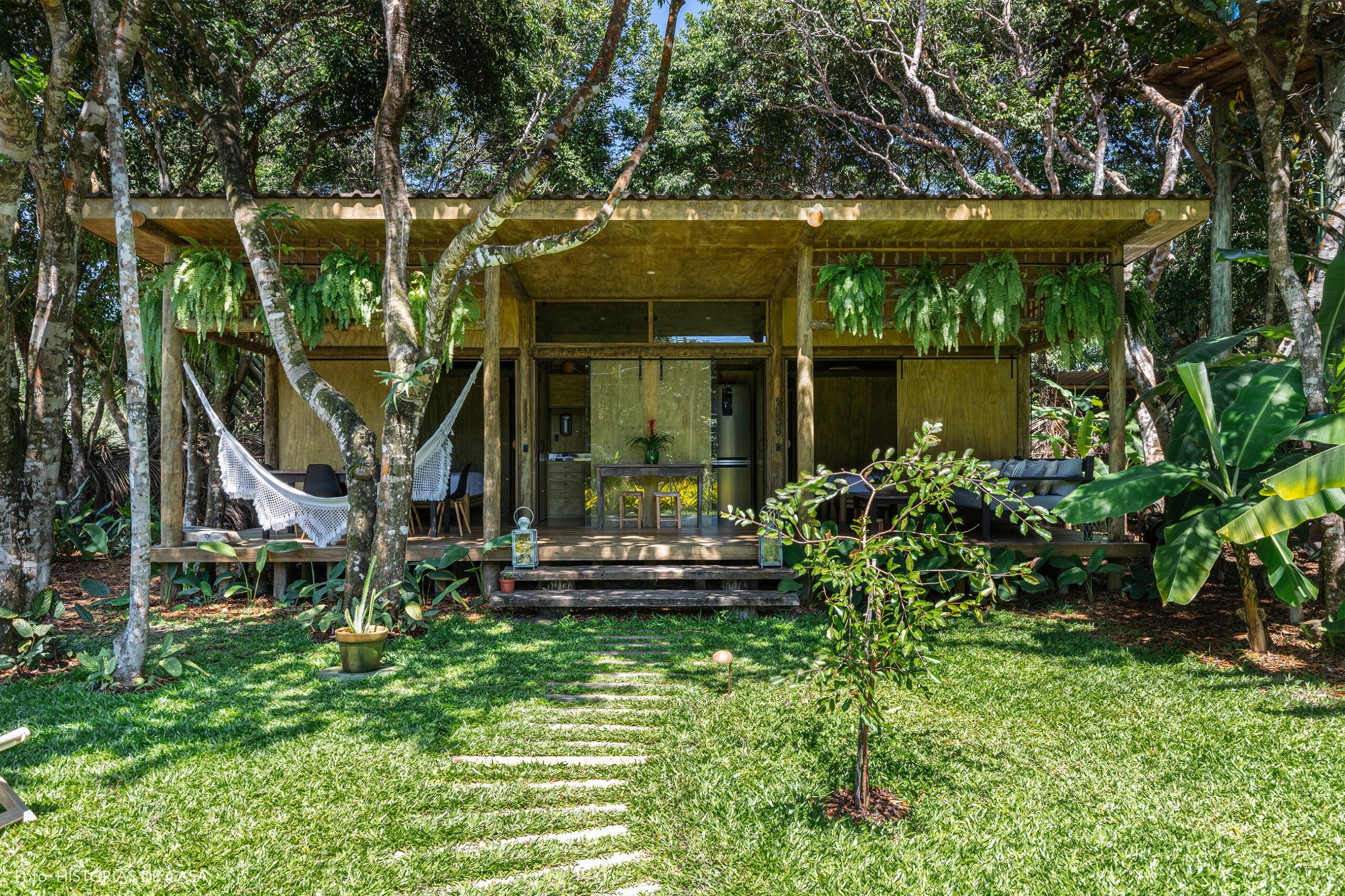 hotel-villase7e-16-rede-branca-jardim-luminaria-branca-chao-mesa-bancos-madeira