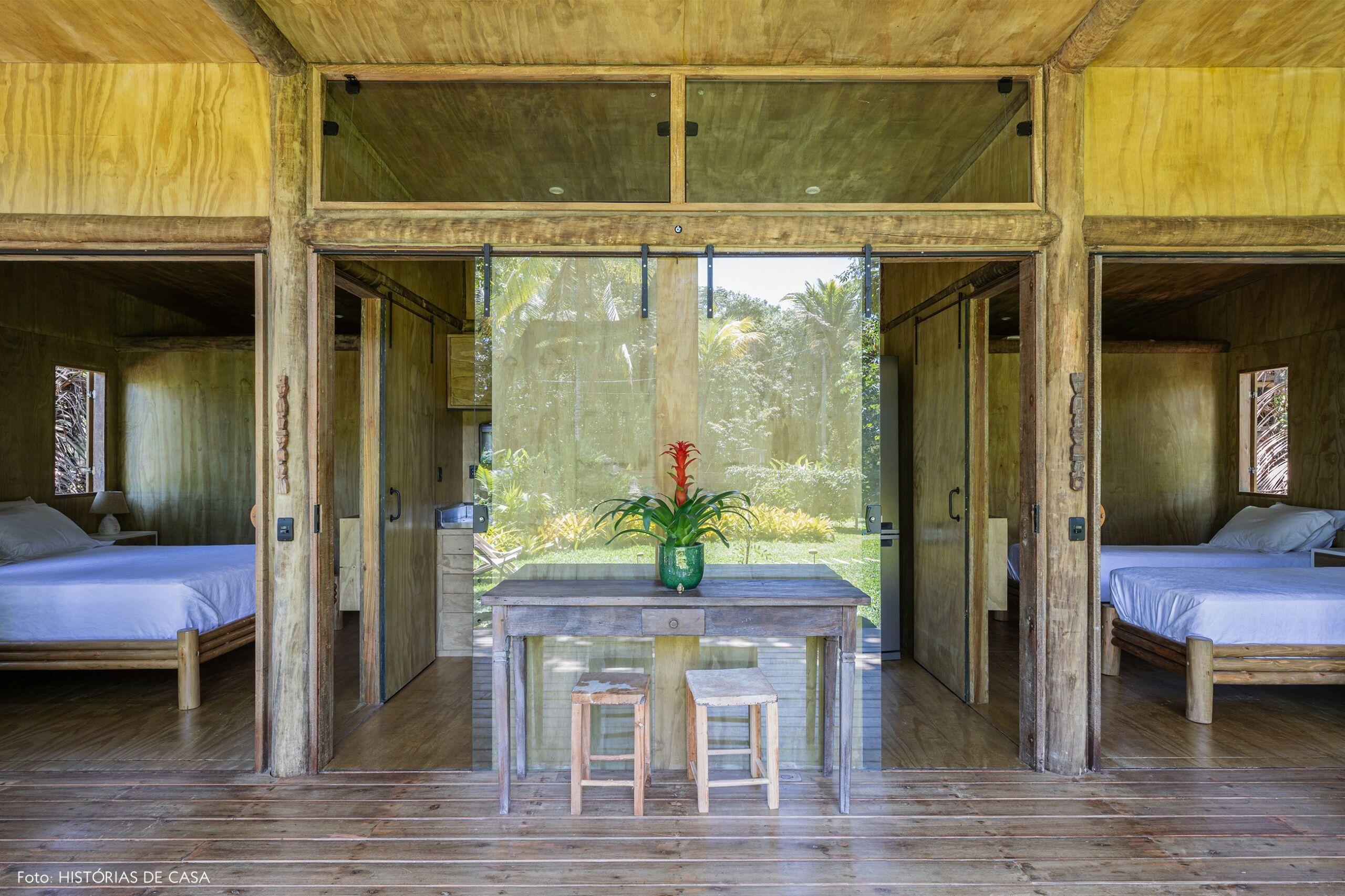 trancoso-decoracao-hotel-villase7e-19-quartos-cama-branca-piso-parede-teto-madeira-mesa-madeira-vaso-verde-bromelia