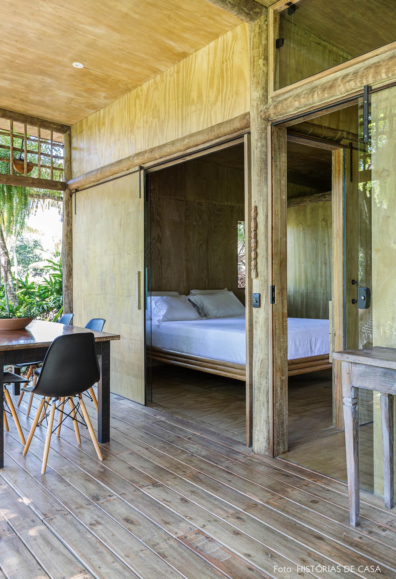 trancoso-decoracao-hotel-villase7e-21-quarto-varanda-piso-madeira-cama-branca-cadeira-eames-preta