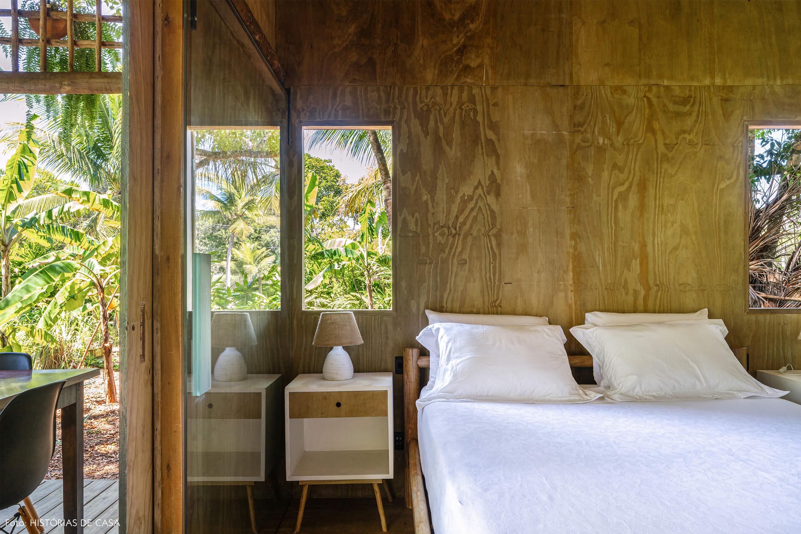 trancoso-decoracao-hotel-villase7e-23-quarto-cama-branca-mesa-madeira-branca-abajur-branco-cadeira-eames-preta