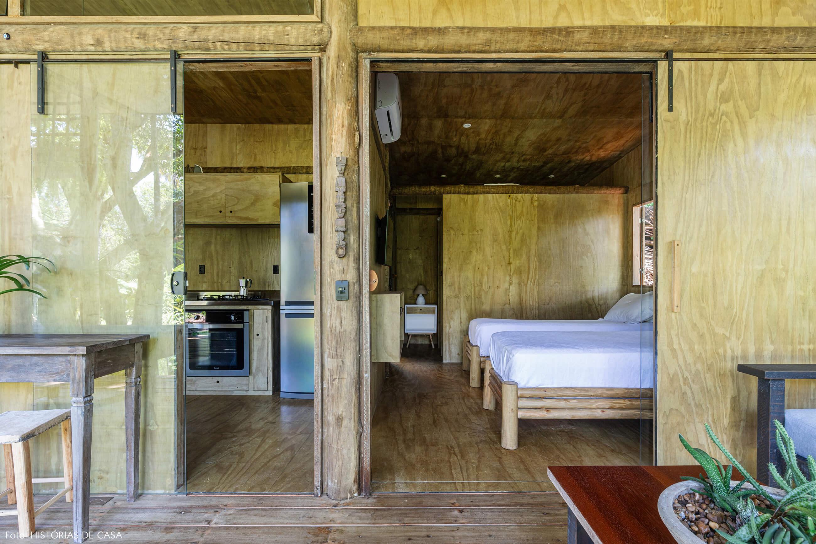 trancoso-decoracao-hotel-villase7e-29-piso-teto-parede-madeira-mesa-banco-cama-madeira-mesa-e-abajur-branco
