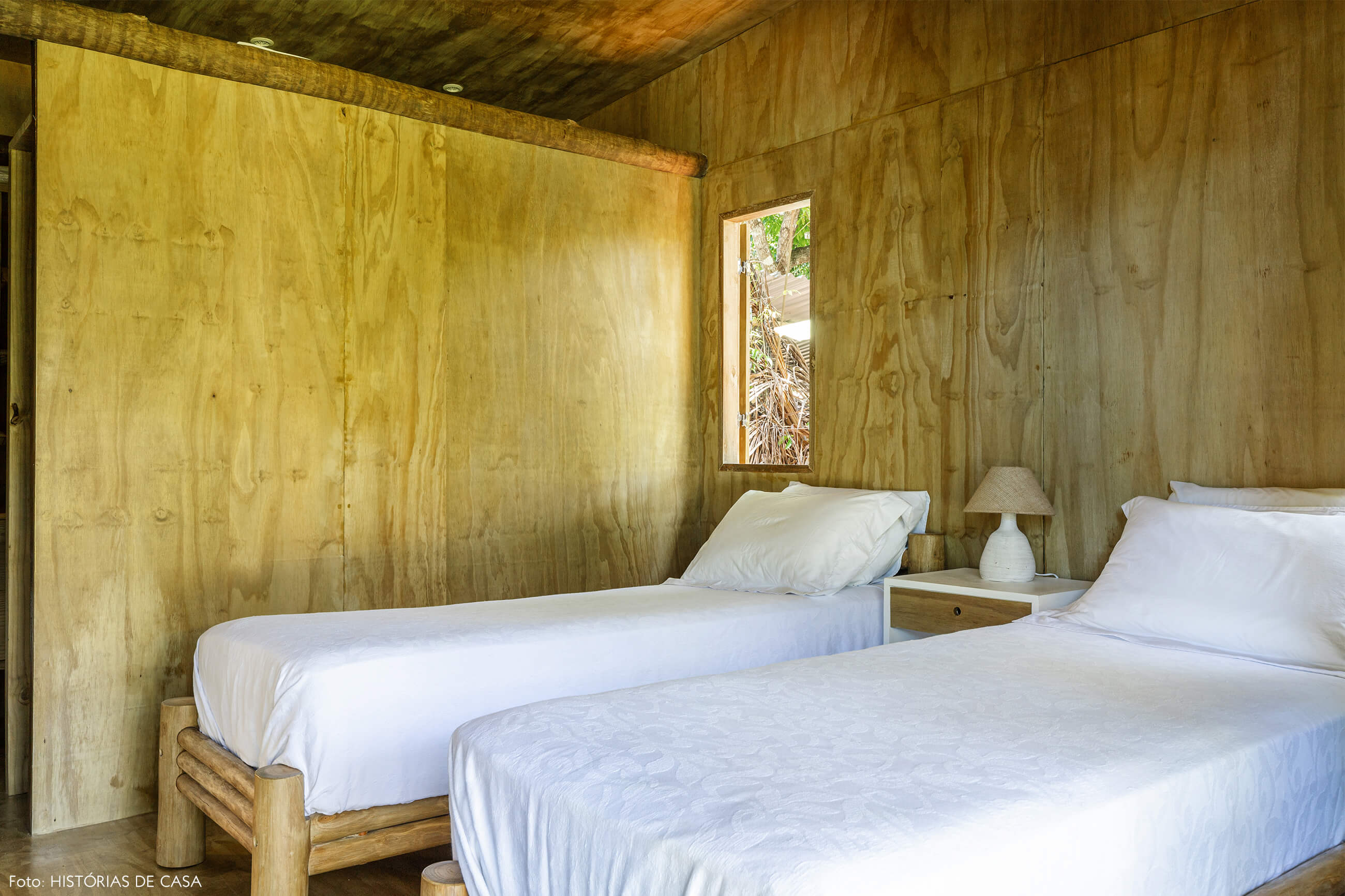 trancoso-decoracao-hotel-villase7e-30-quarto-parede-piso-teto-madeira-abajur-branco