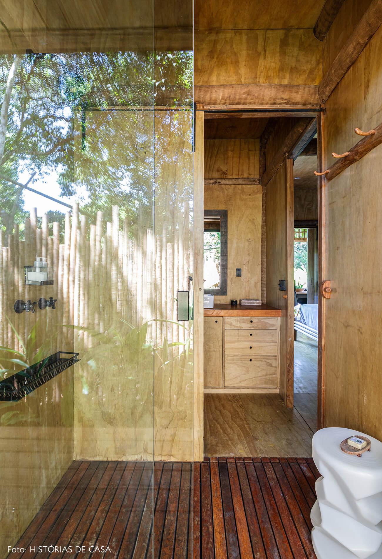 trancoso-decoracao-hotel-villase7e-32-banheiro-piso-e-parede-de-madeira-porta-vidro