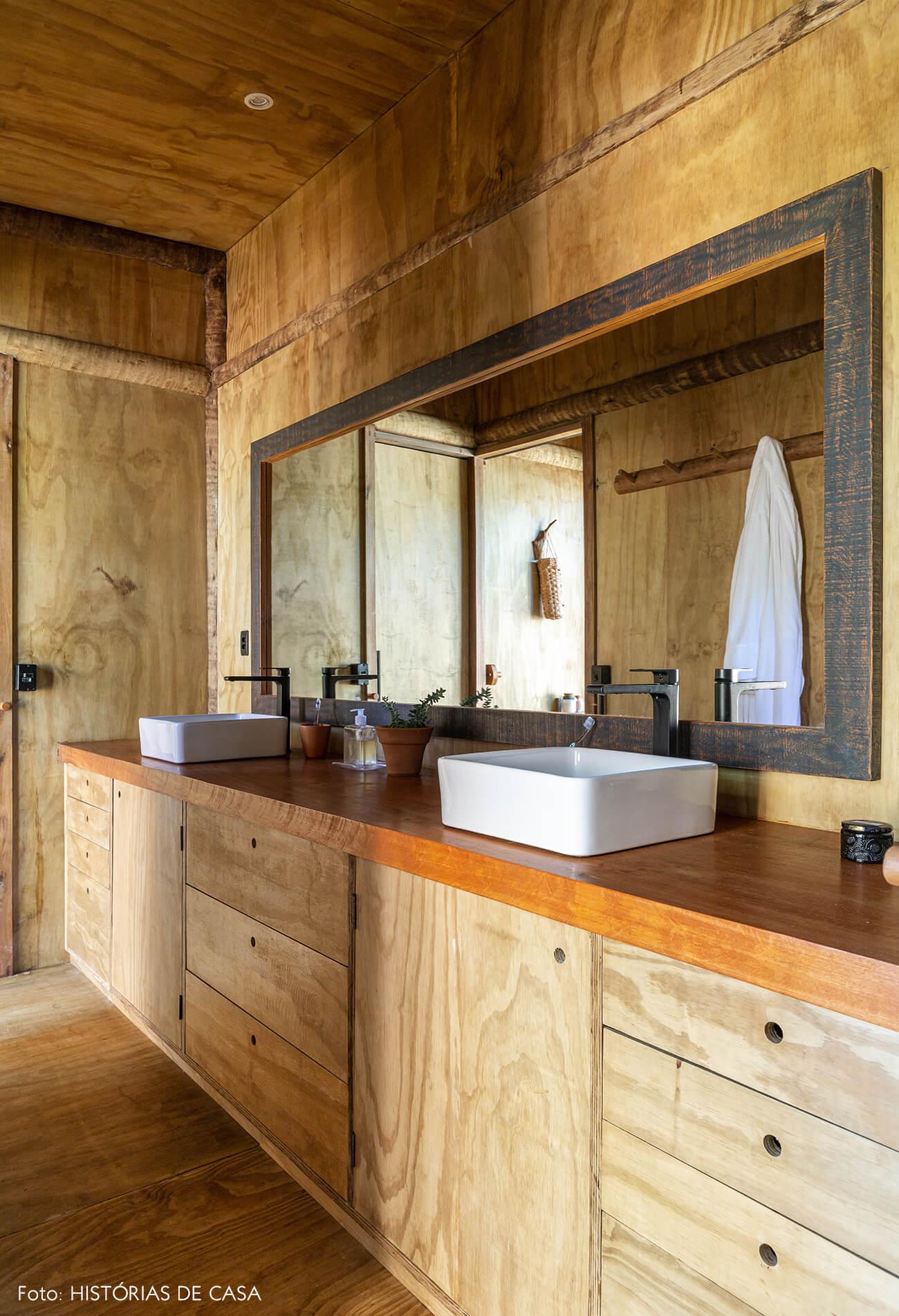 trancoso-decoracao-hotel-villase7e-33-banheiro-chao-estante-armario-piso-parede-moldura-espelho-madeira