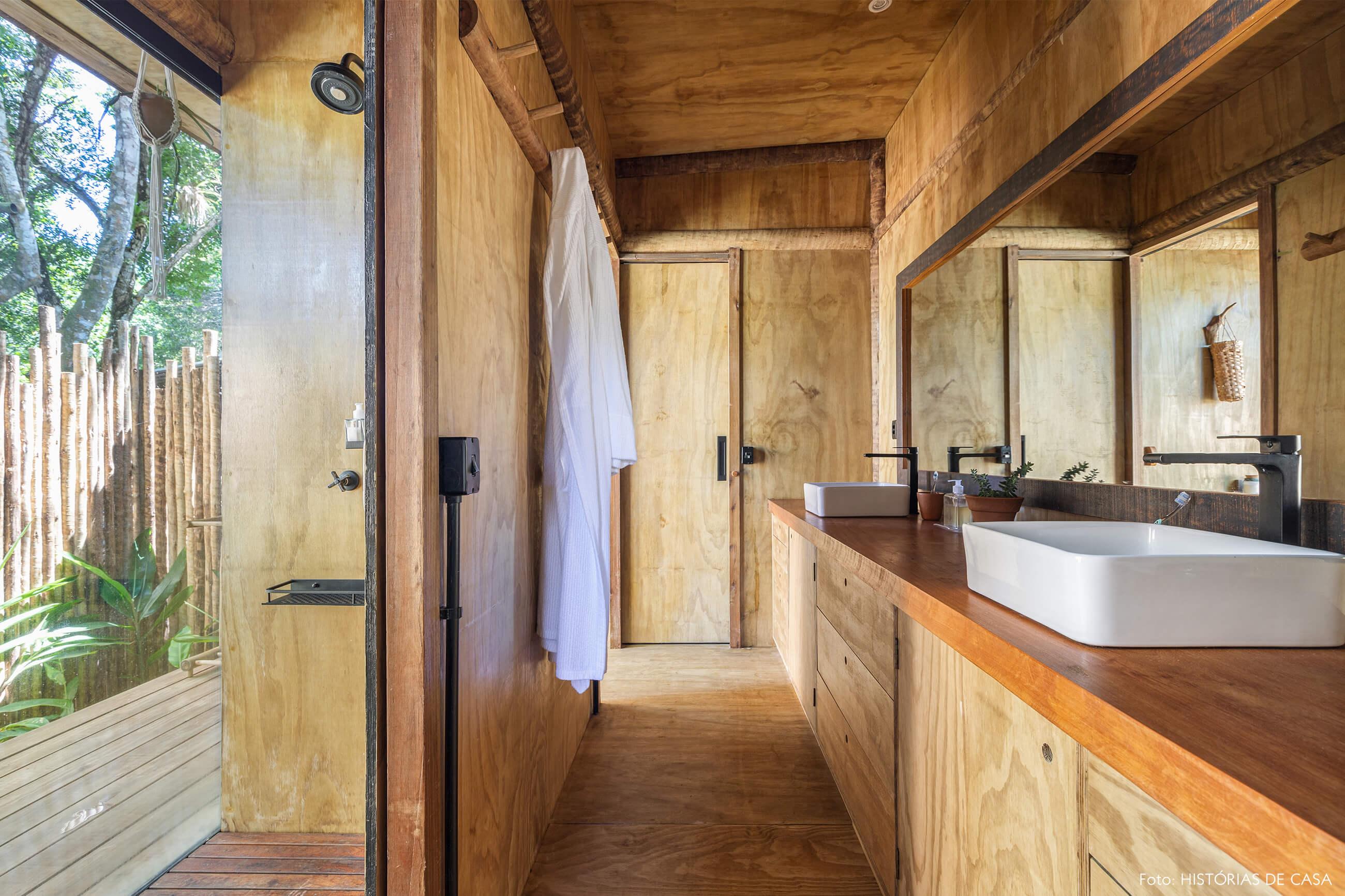 trancoso-decoracao-hotel-villase7e-34-banheiro-parede-piso-teto-madeira-jardim-macrame