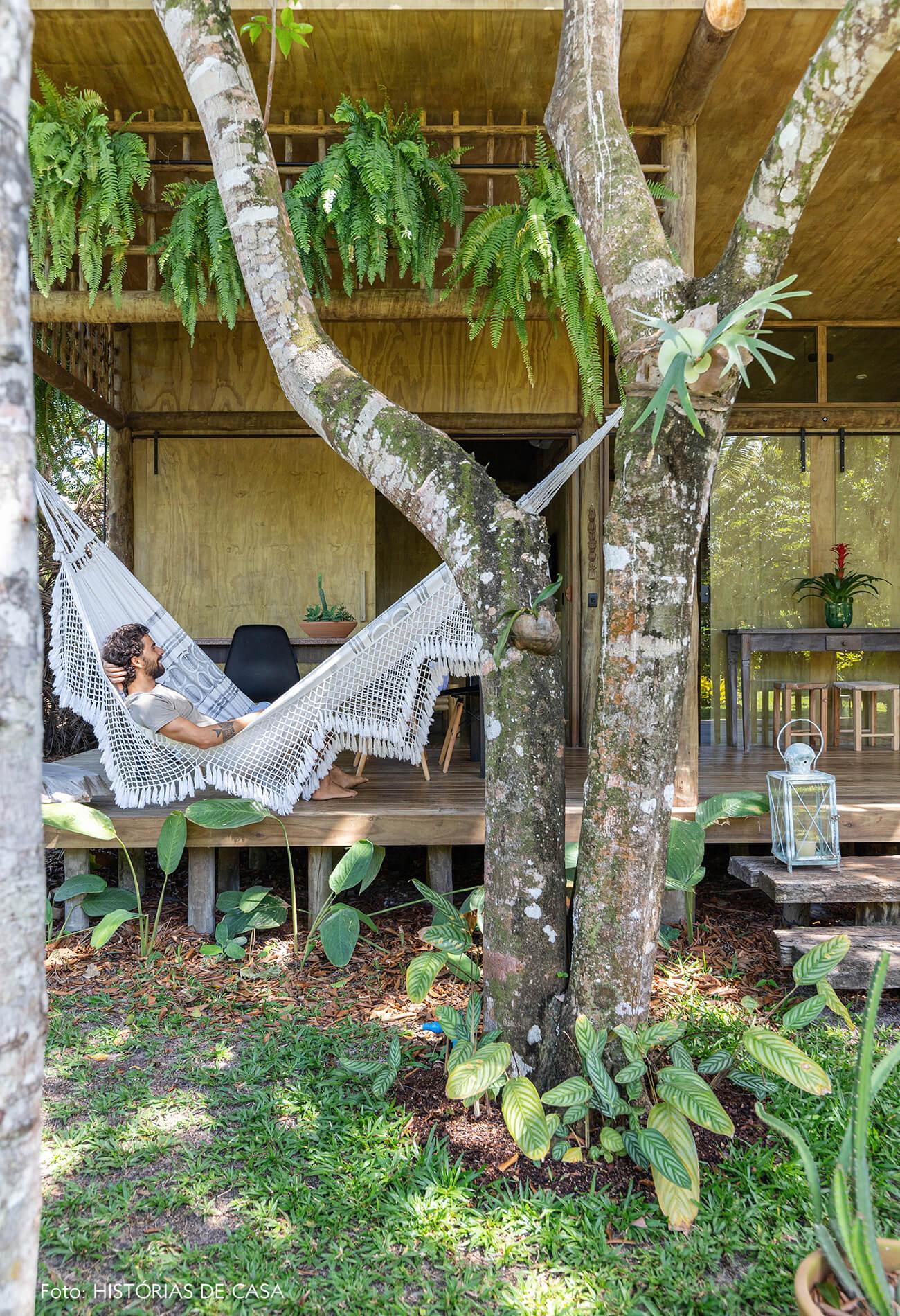 trancoso-decoracao-hotel-villase7e-37-rede-branca-jardim-cadeira-eames-preta-retrato-luminaria-chao-branca