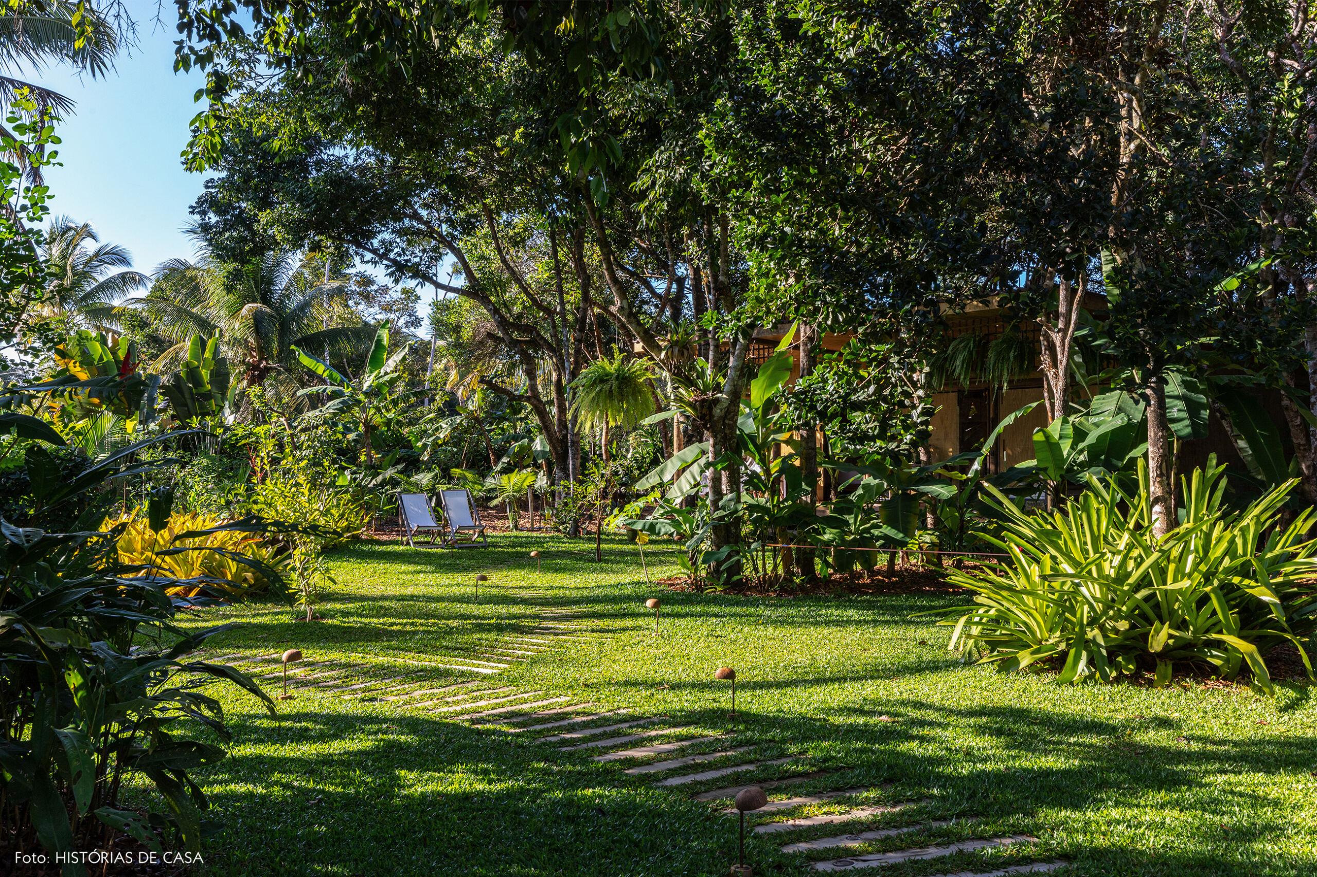 hotel-villase7e-6-jardim-cadeiras-brancas