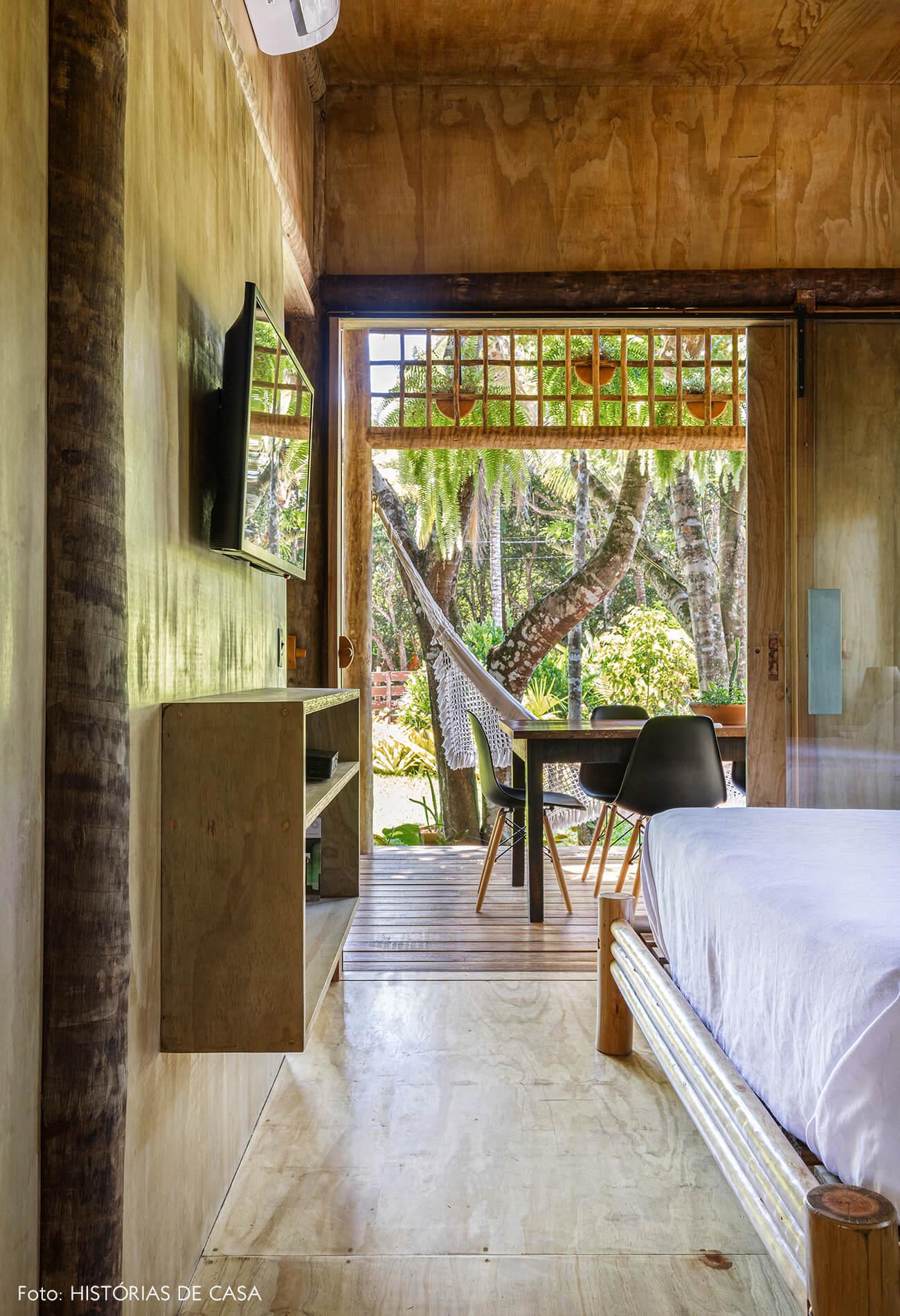 trancoso-decoracao-hotel-villase7e-quarto-varanda-piso-parede-cama-teto-de-madeira-cadeira-eames-preta
