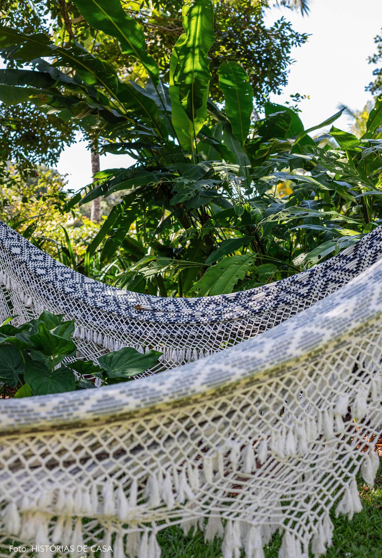 trancoso-vilasete-hotel-decoracao-13-rede-croche-azul-branco-jardim