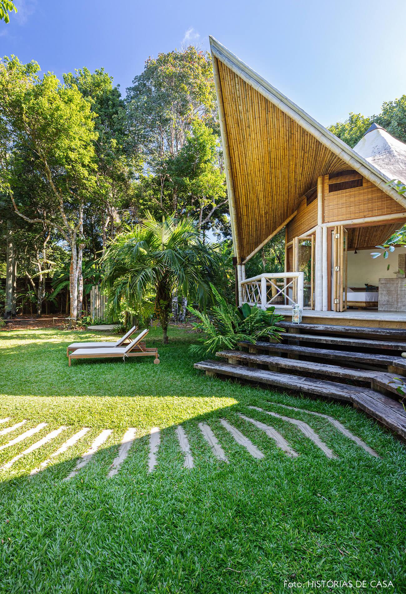 vilasete-hotel-decoracao-46-jardim-chez-long-branca-escada-madeira-teto-bambu