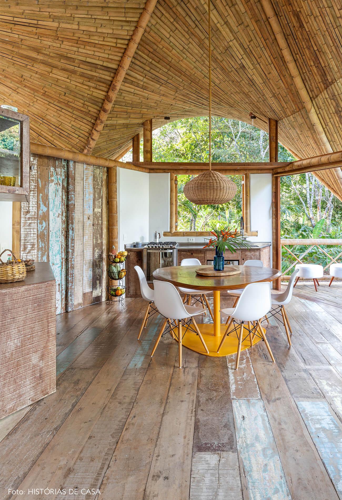 trancoso-vilasete-hotel-decoracao-50-sala-jantar-mesa-madeira-amarela-cadeira-eames-branca-cesto-luminaria-palha-teto-bambu