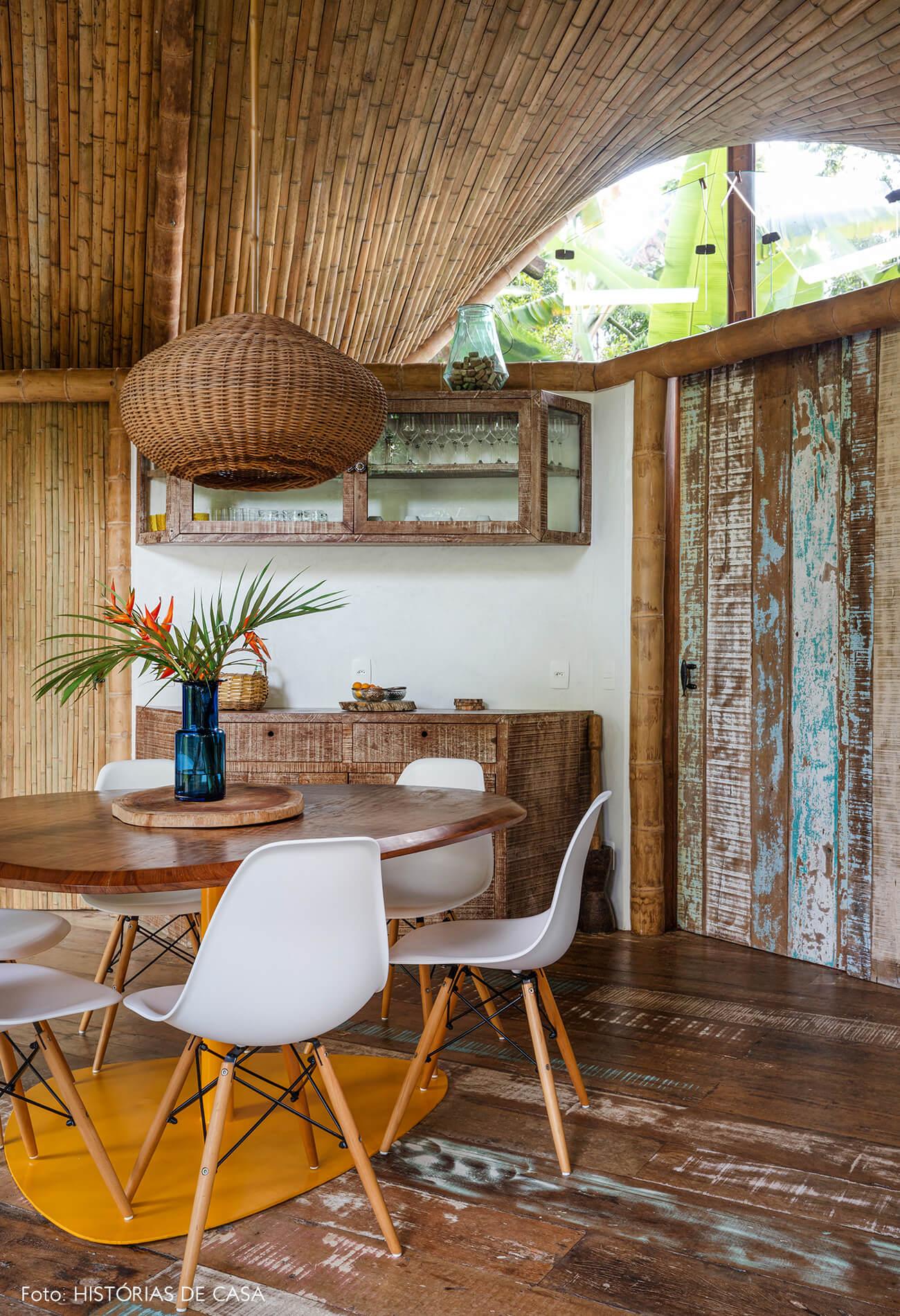trancoso-vilasete-hotel-decoracao-51-sala-jantar-cadeira-eames-branca-mesa-madeira-amarela-vaso-vidro-luminaria-palha