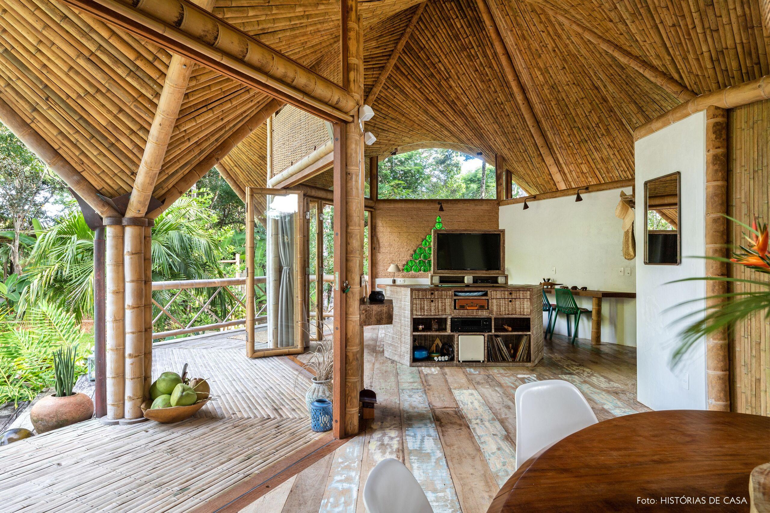 -trancoso-vilasete-hotel-decoracao-52-bambu-mesa-madeira-vaso-barro-cadeira-branca-rack-madeira