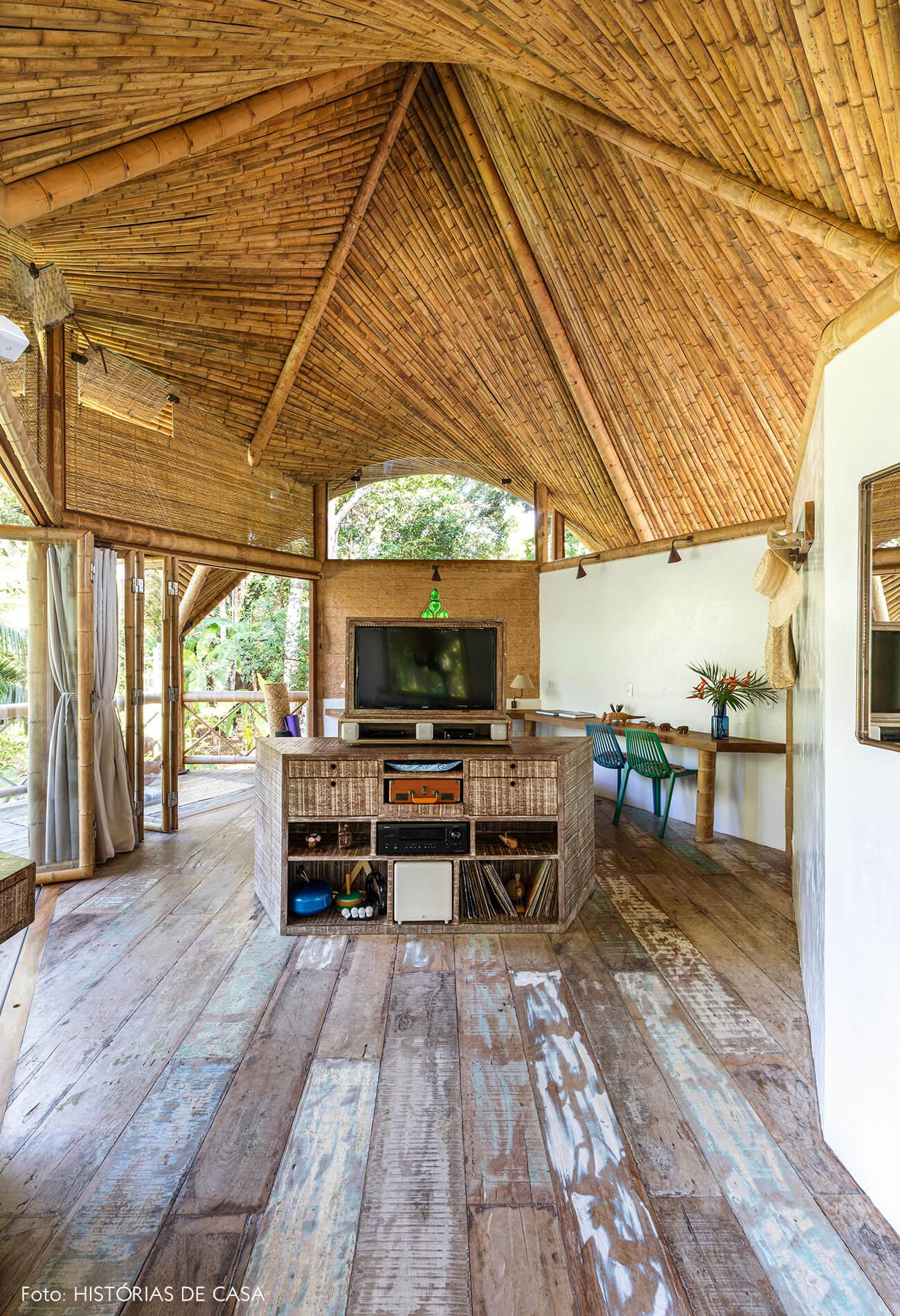 trancoso-vilasete-hotel-decoracao-53-quarto-rack-madeira-teto-bambu-cadeira-azul-verde