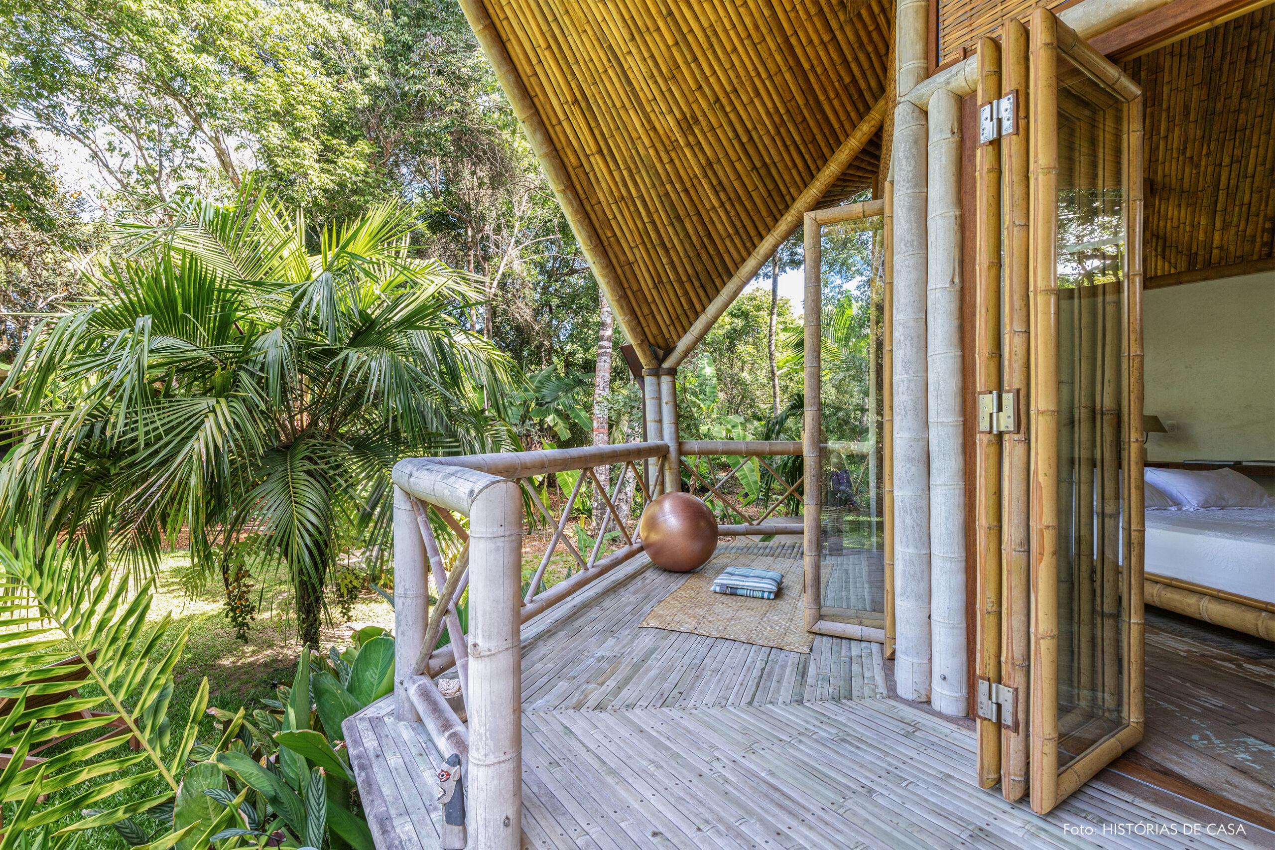 vilasete-hotel-decoracao-54-jardim-bambu-tapete-palha-cama-branca
