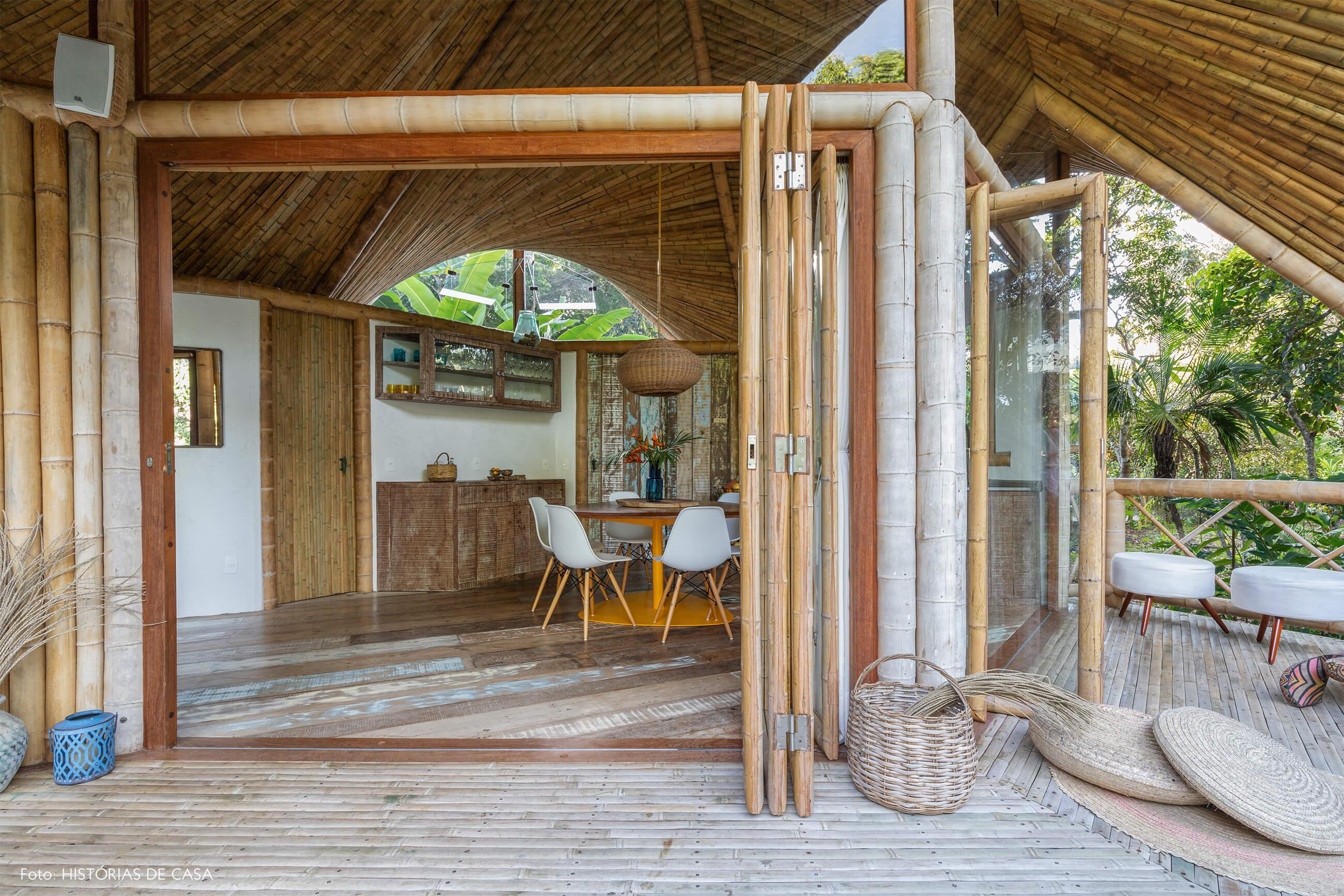 vilasete-hotel-decoracao-57-bambu-cadeira-eames-branca-vaso-azul-cesto-palha-puff-luminaria
