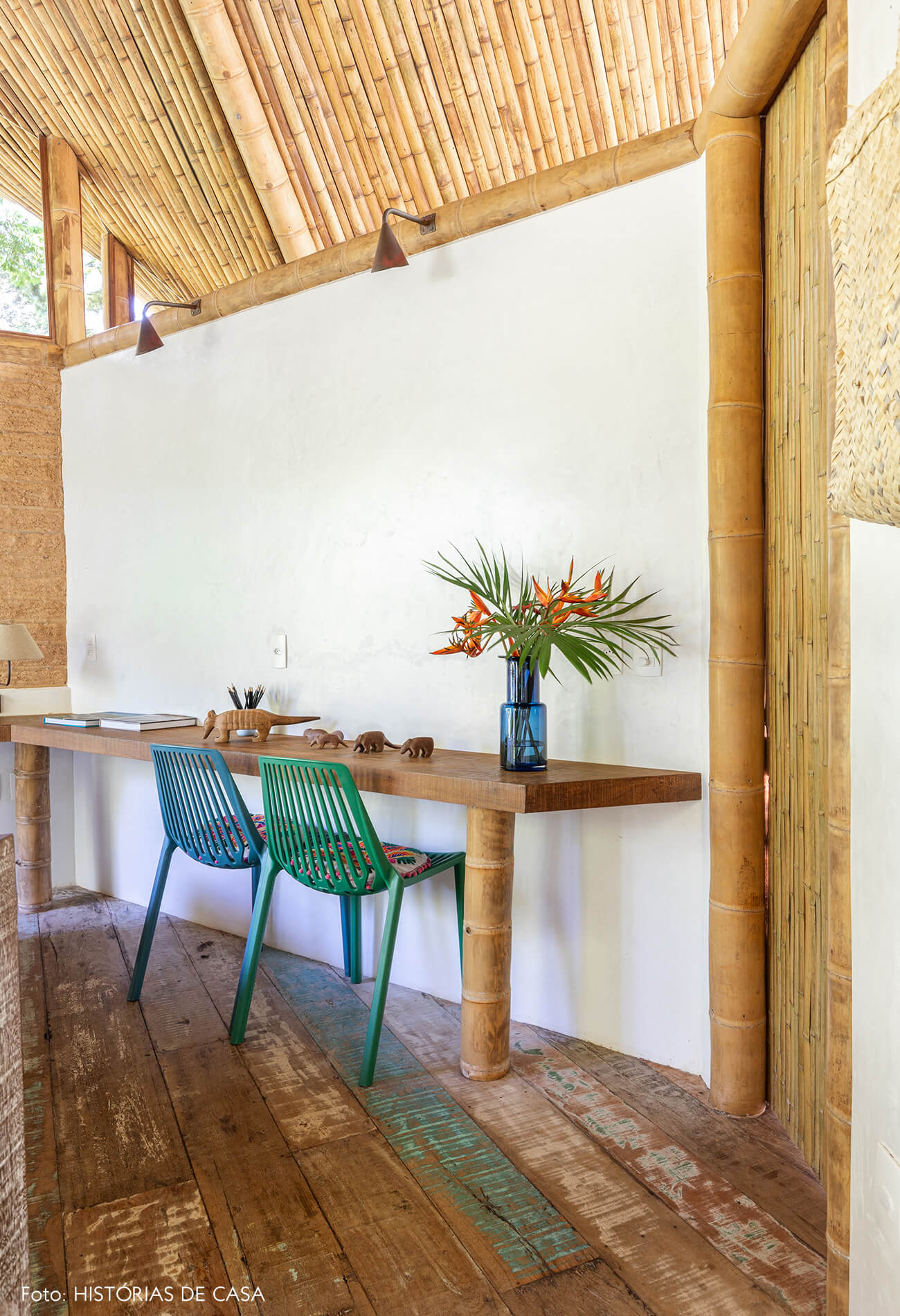 trancoso-vilasete-hotel-decoracao-61-piso-madeira-mesa-cadeira-verde-azul-quarto-teto-bambus-vaso-azul