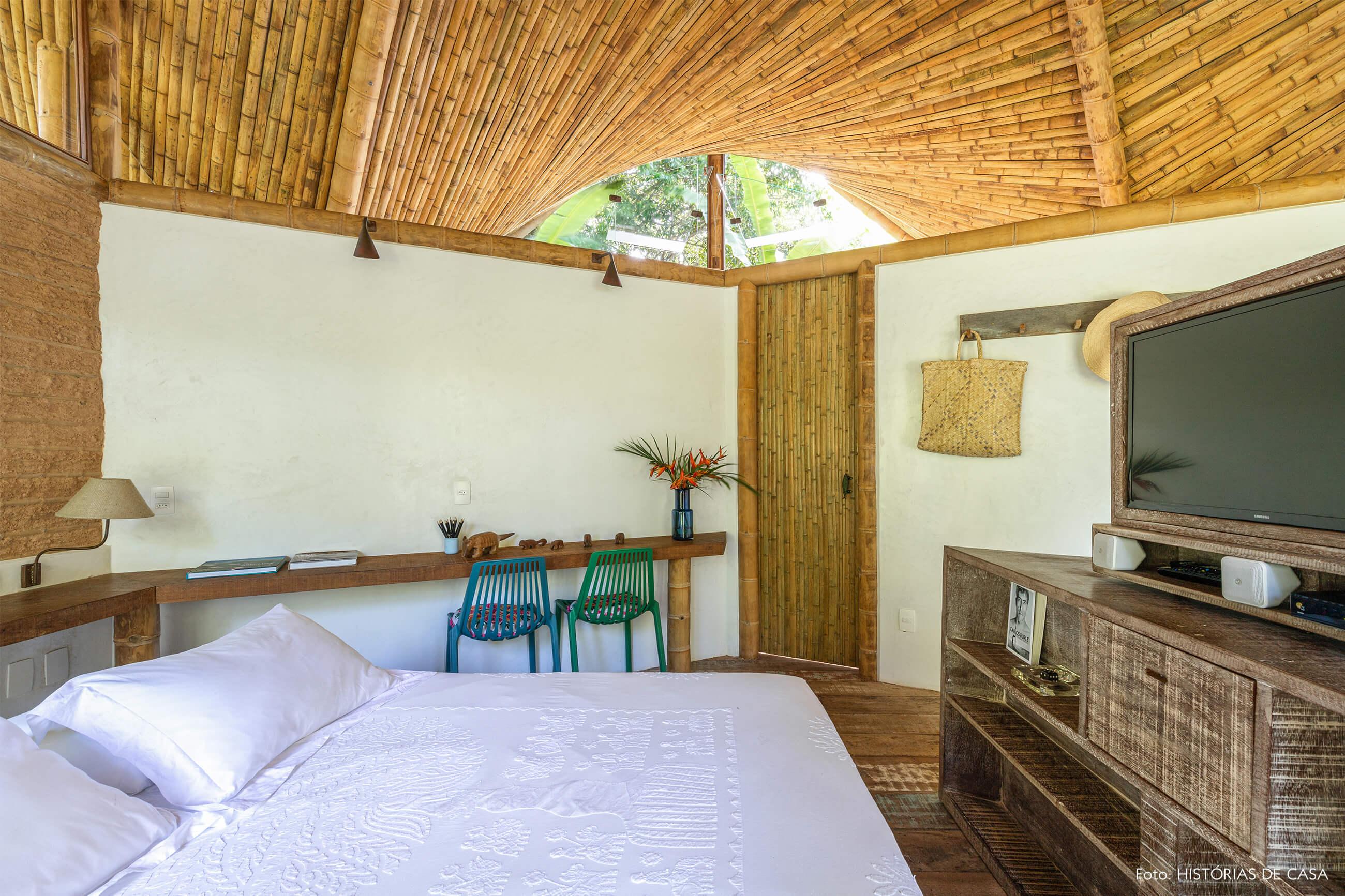 trancoso-vilasete-hotel-decoracao-62-quarto-cama-branca-mesa-rack-madeira-cadeira-azul-verde-bambu