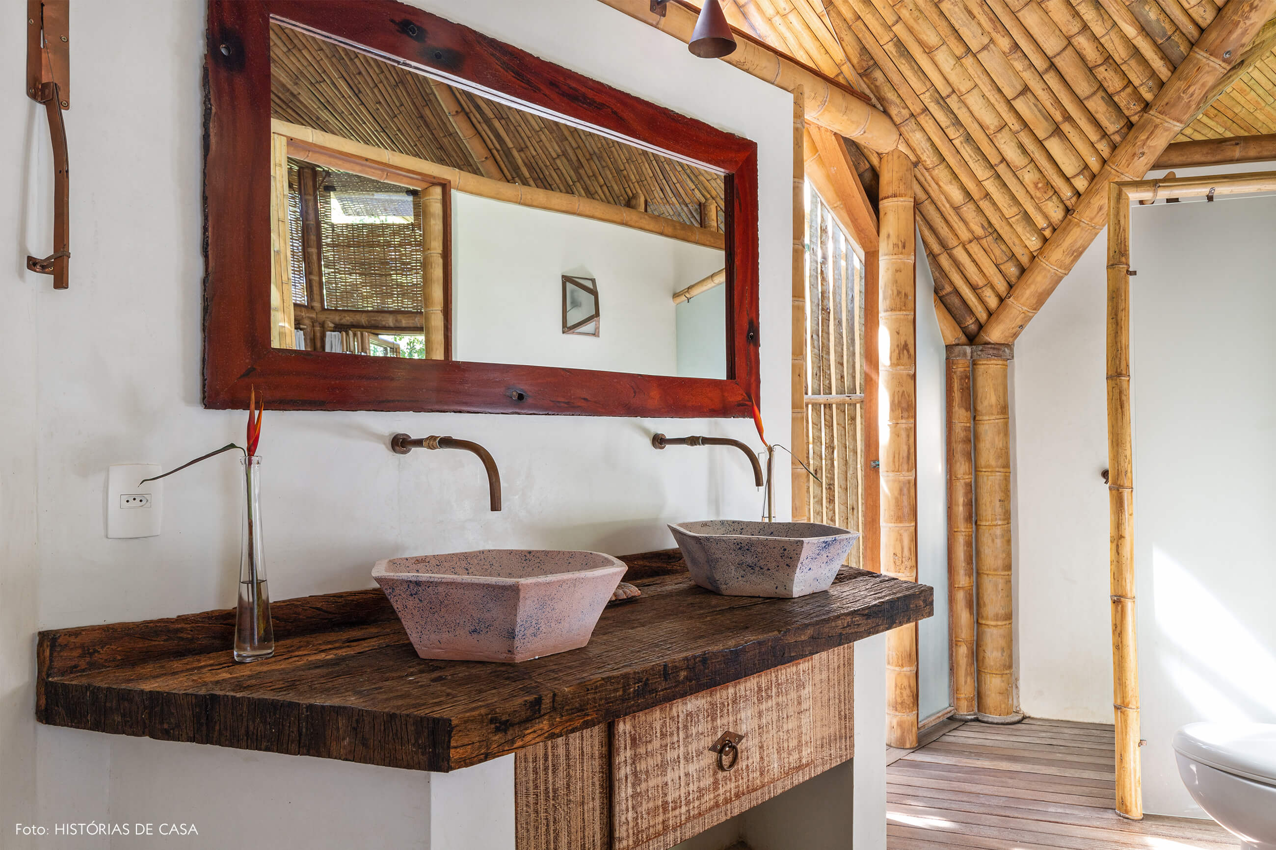 trancoso-vilasete-hotel-decoracao-65-banheiro-pia-ceramica-rosa-espelho-mesa-madeira-escura