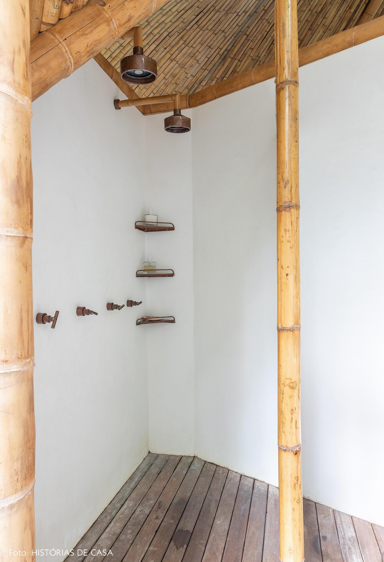 trancoso-vilasete-hotel-decoracao-68-banheiro-chuveiro-bambus-piso-madeira