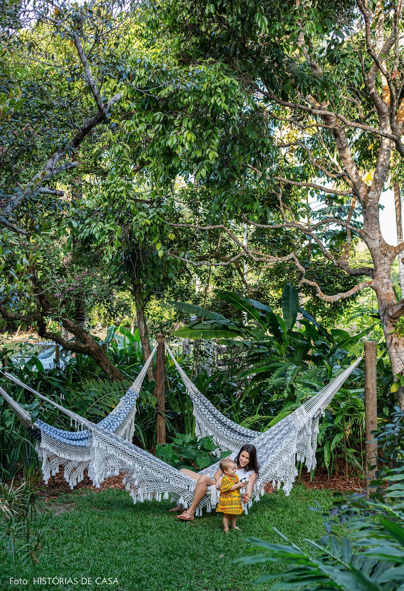 trancoso-vilasete-hotel-decoracao-70-retrato-familia-jardim-rede-croche-azul-branco