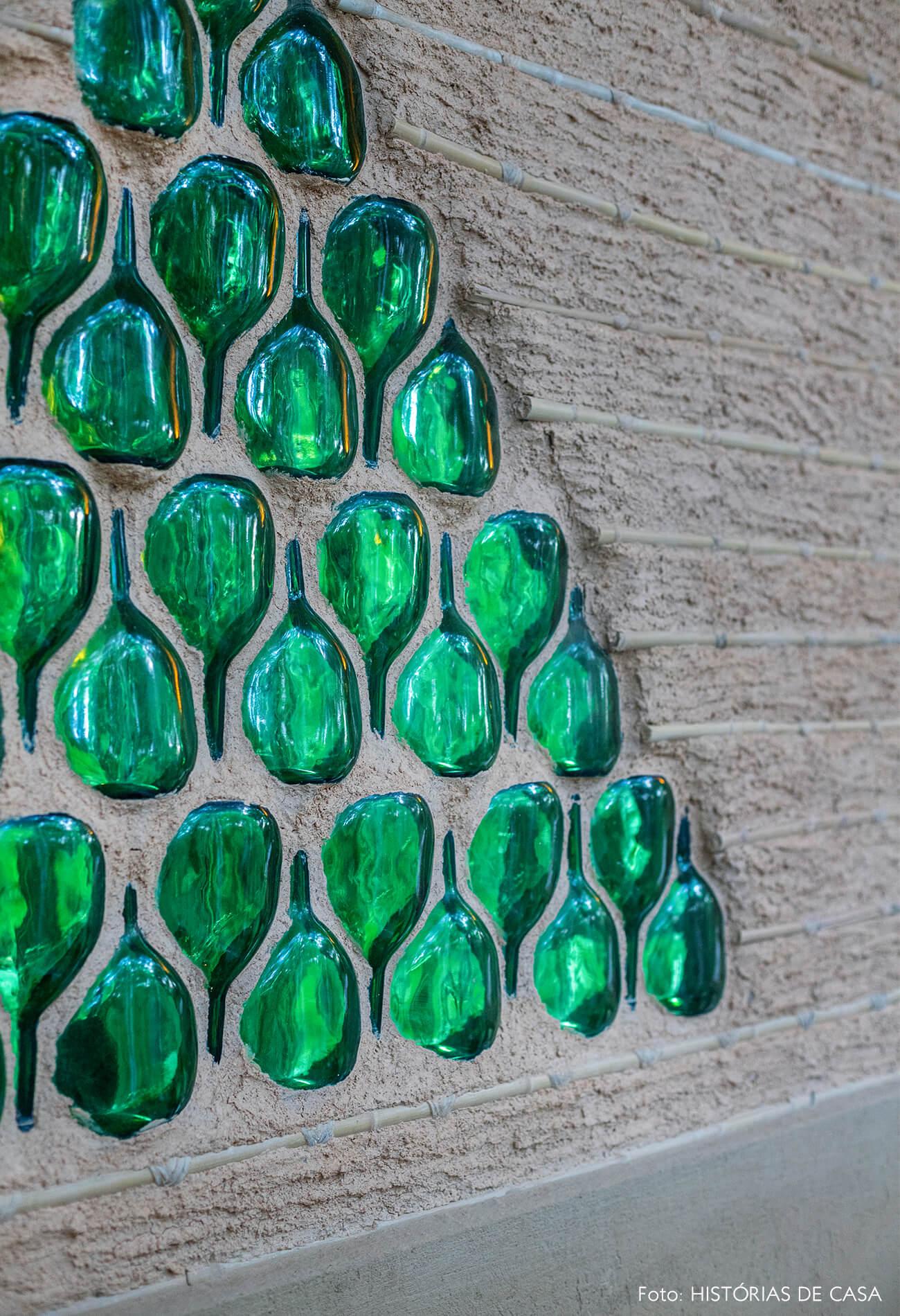 trancoso-vilasete-hotel-decoracao-79-detalhe-garrafas-verdes-parede