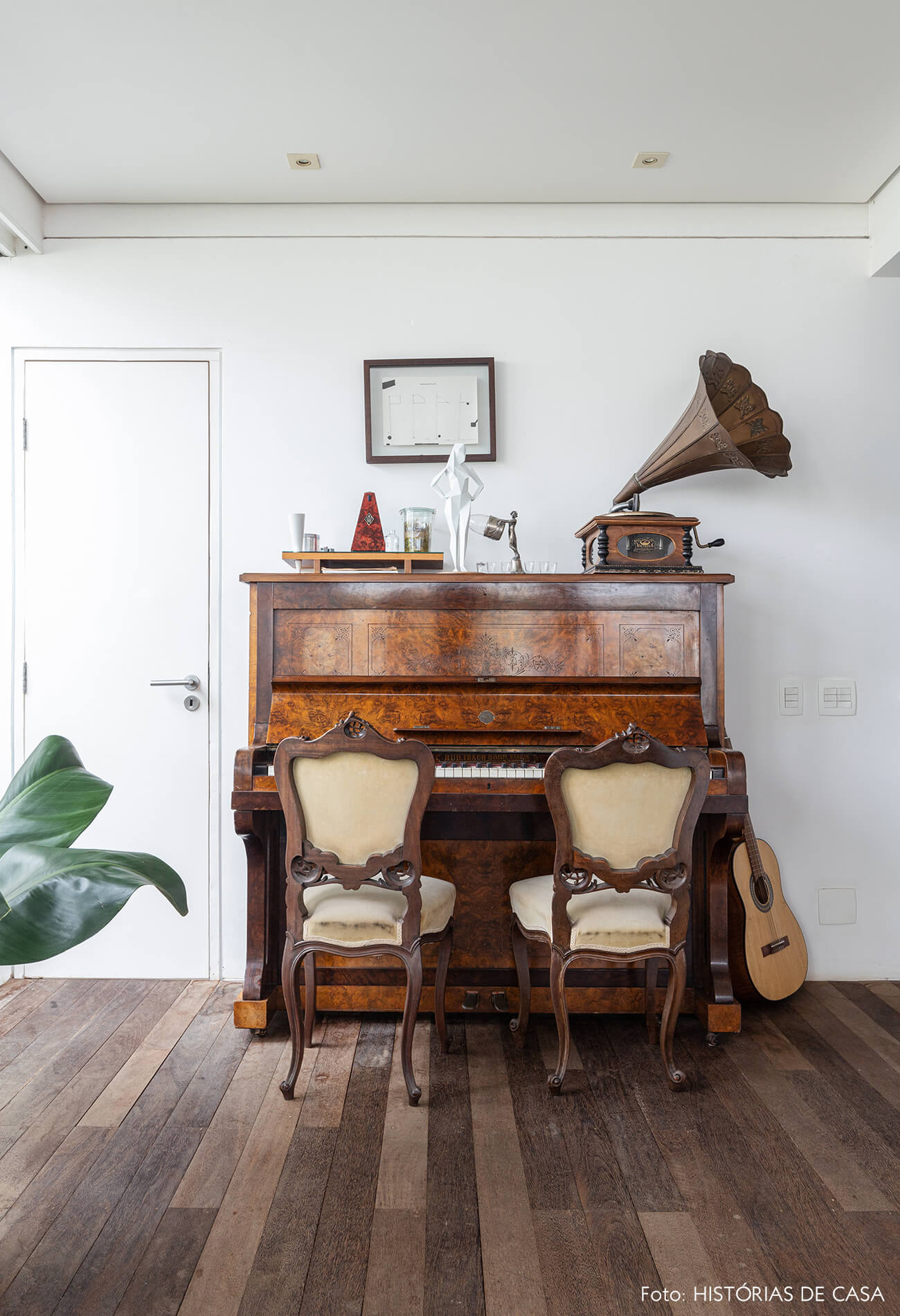decoração com piano vitrola e violão