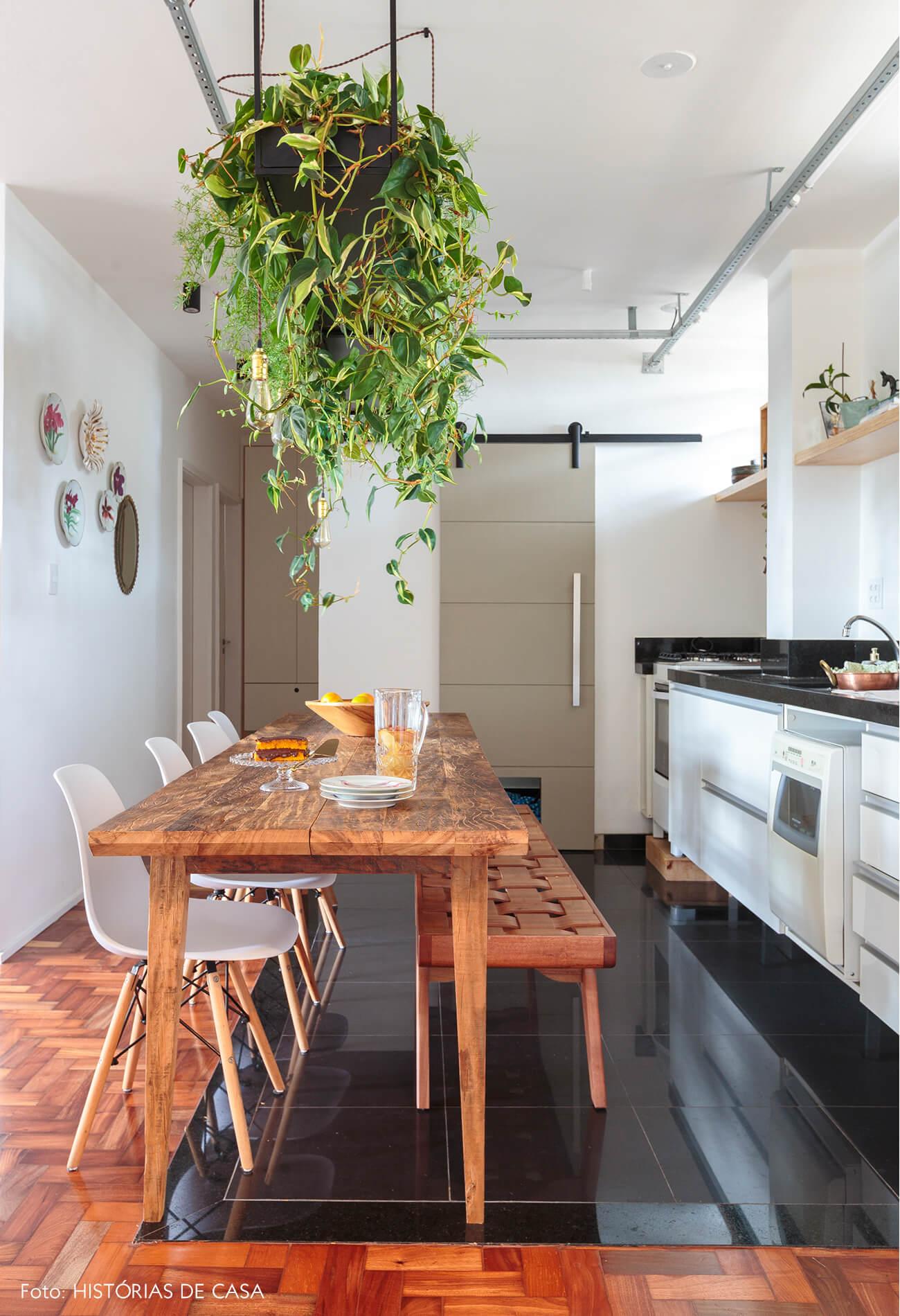 cozinha-piso-taco-madeira-mesa-banco-madeira-cadeira-eames-branca-plantas-suspensas-pratos-decorativos