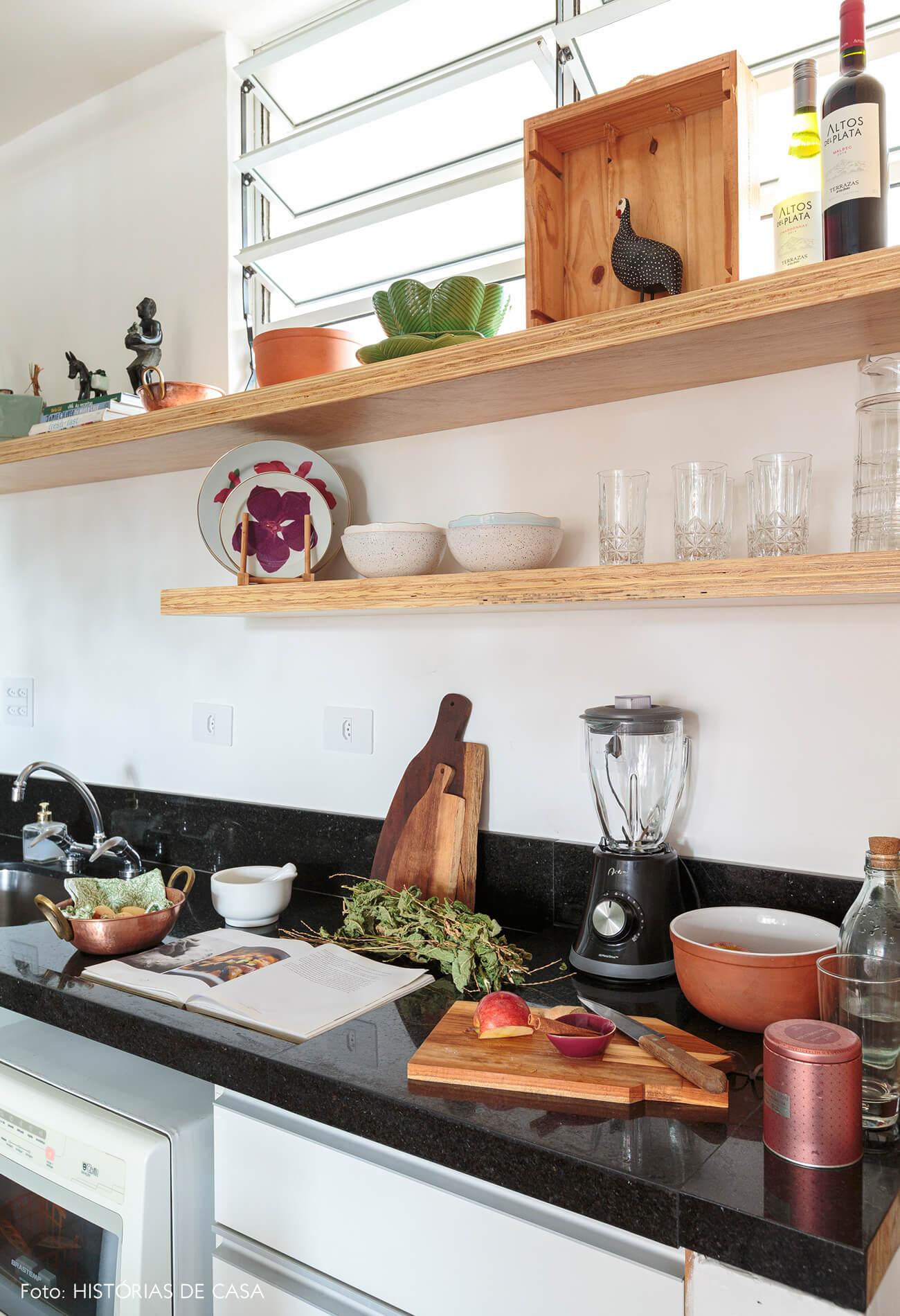 detalhe-cozinha-granito-preto-pia-tabuas-madeira-prateleiras-madeira-clara