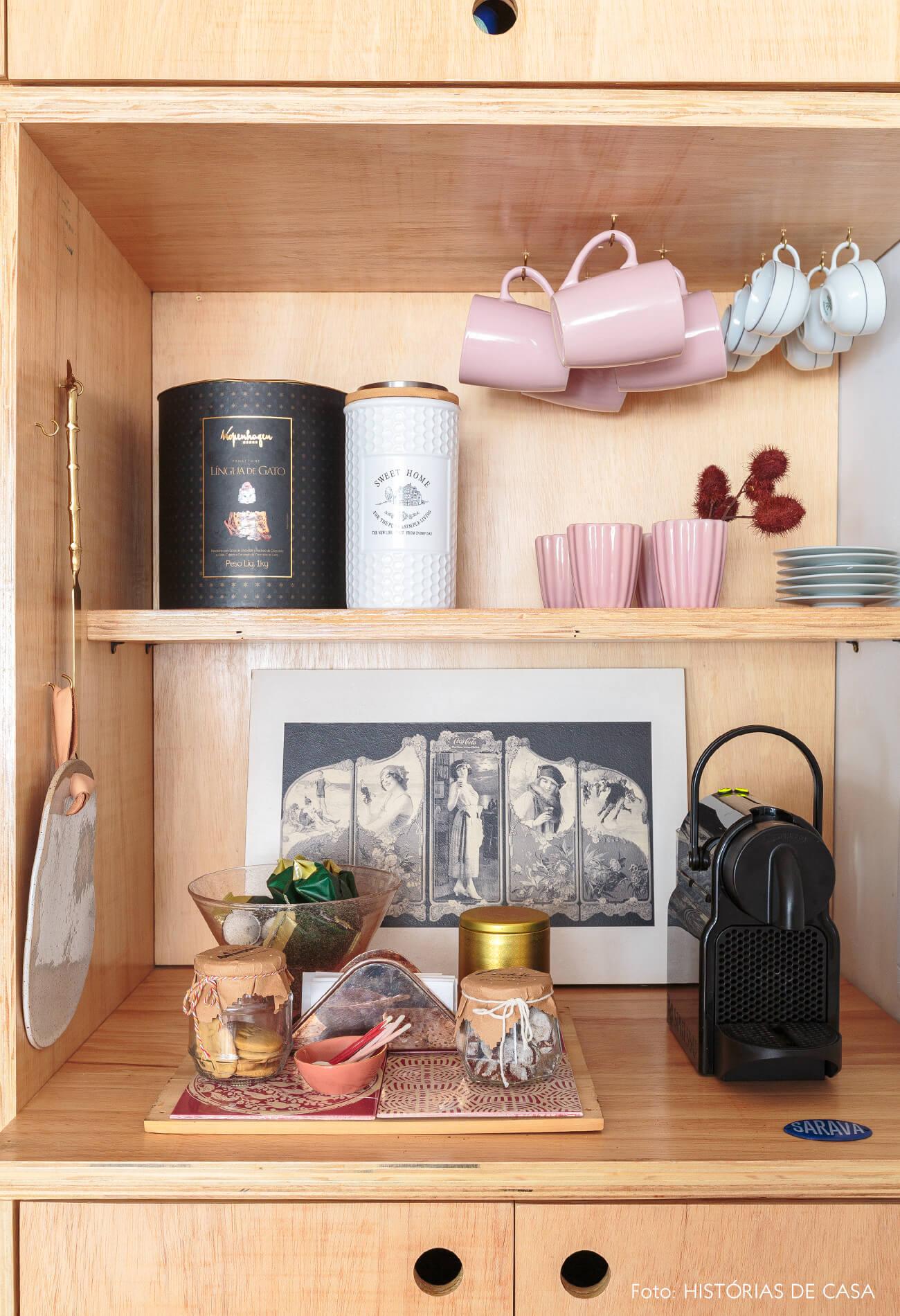 detalhe-cozinha-estnte-madeira-clara-xicaras-rosa