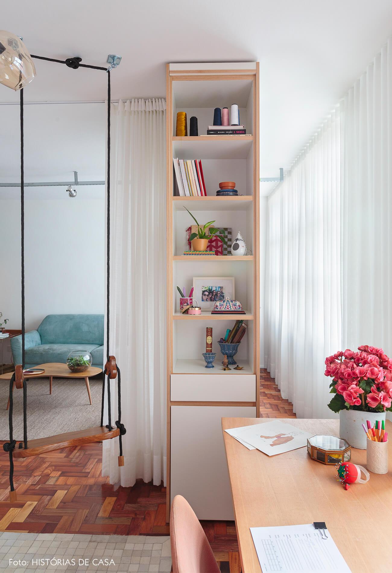 home-office-atelie-sala-balanço-piso-taco-madeira-mesa-madeira-cadeira-rosa-estante-branca-sofa-azul-tapete-bege