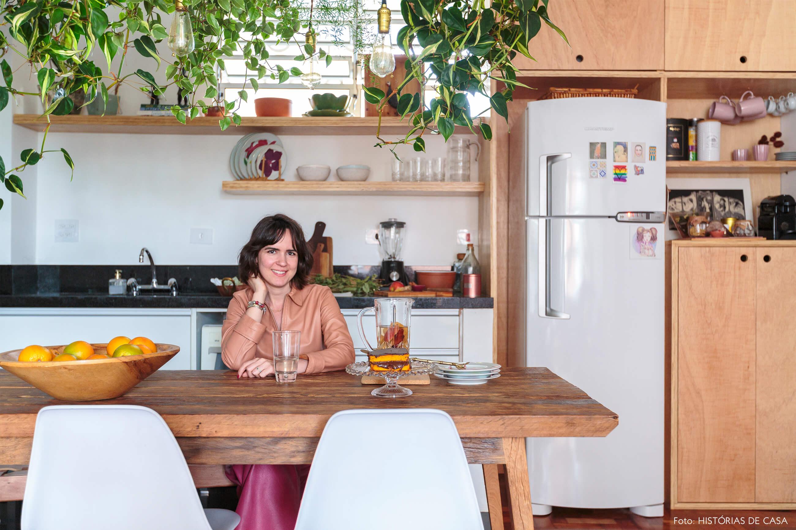 retrato-na-cozinha-mesa-madeira-cadeira-eames-branca-plantas-jiboia