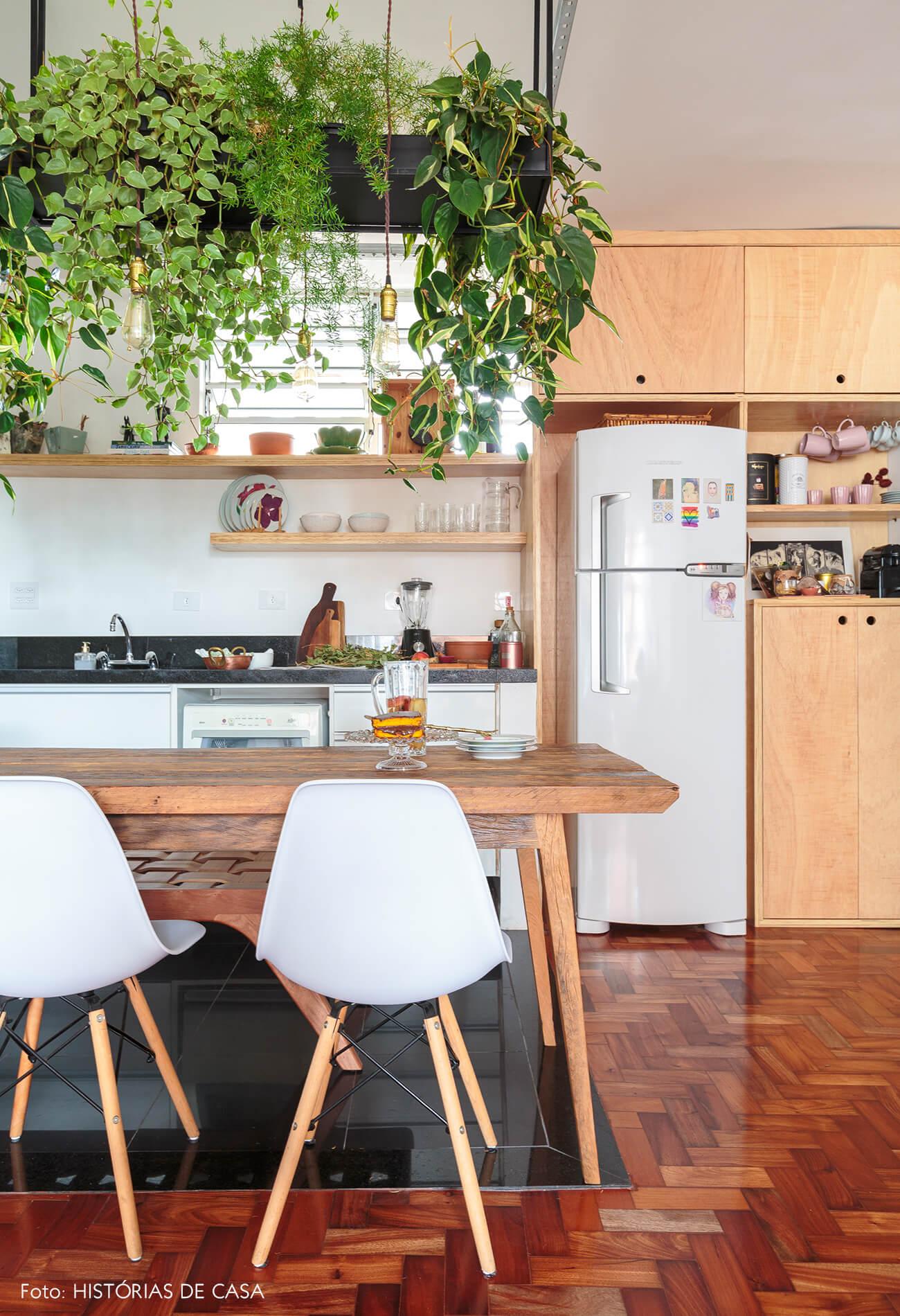 cozinha-piso-taco-madeira-cadeira-eames-branca-plantas-suspensas-jiboia-mesa-armario-banco-madeira