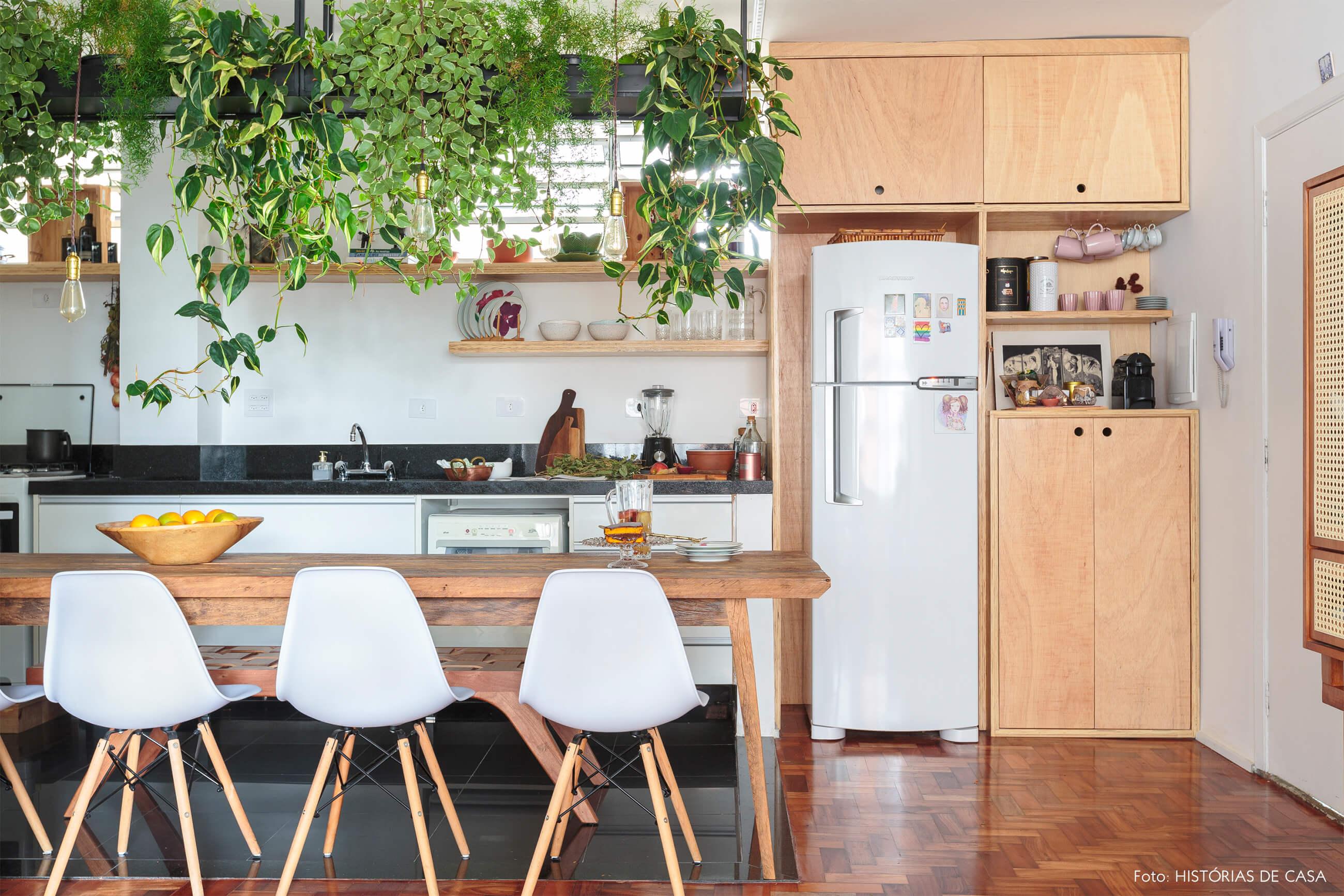cozinha-cadeira-eames-branca-mesa-madeira-piso-taco-madeira-plantas-teto