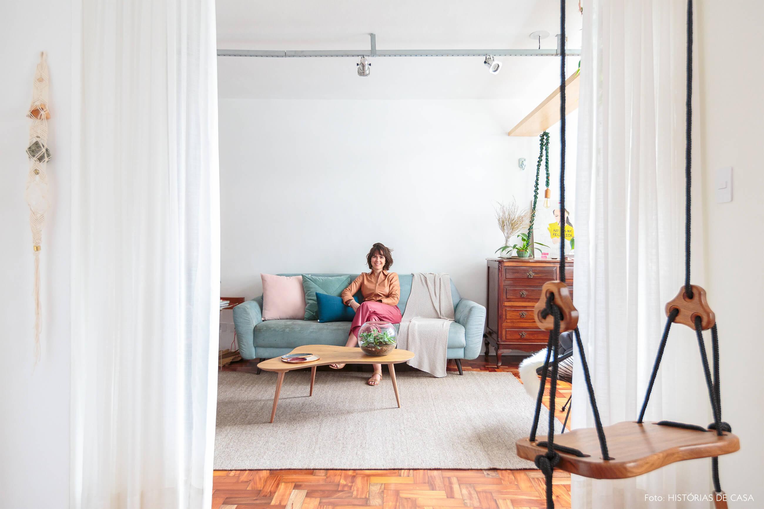sala-sofa-azul-tapete-bege-retrato-balanço-madeira-mesa-curva-madeira