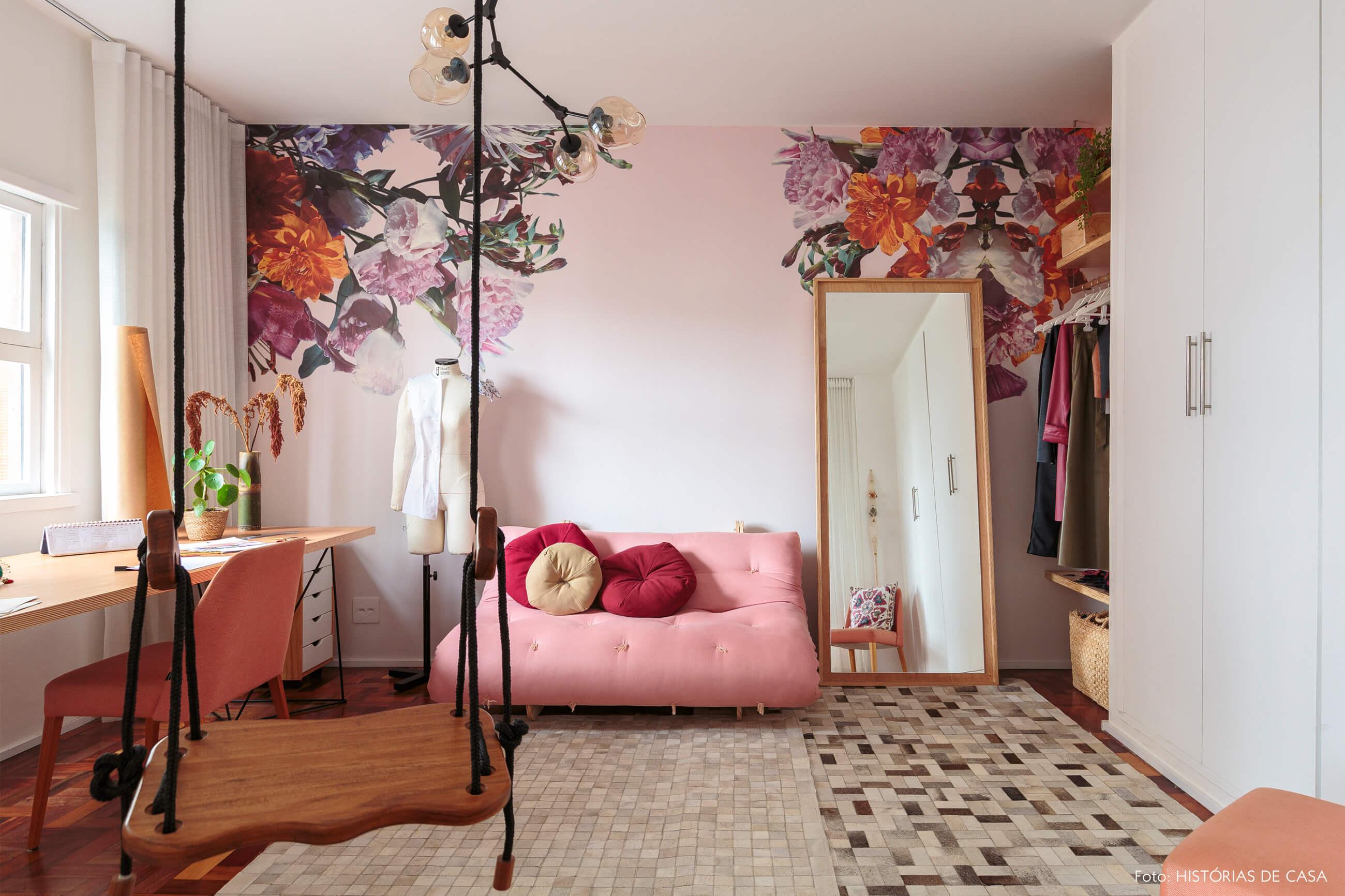 home-office-atelie-papel-de-parede-flores-rosa-sofa-futom-cadeira-rosa-mesa-madeira-balanço-madeira-tapetes