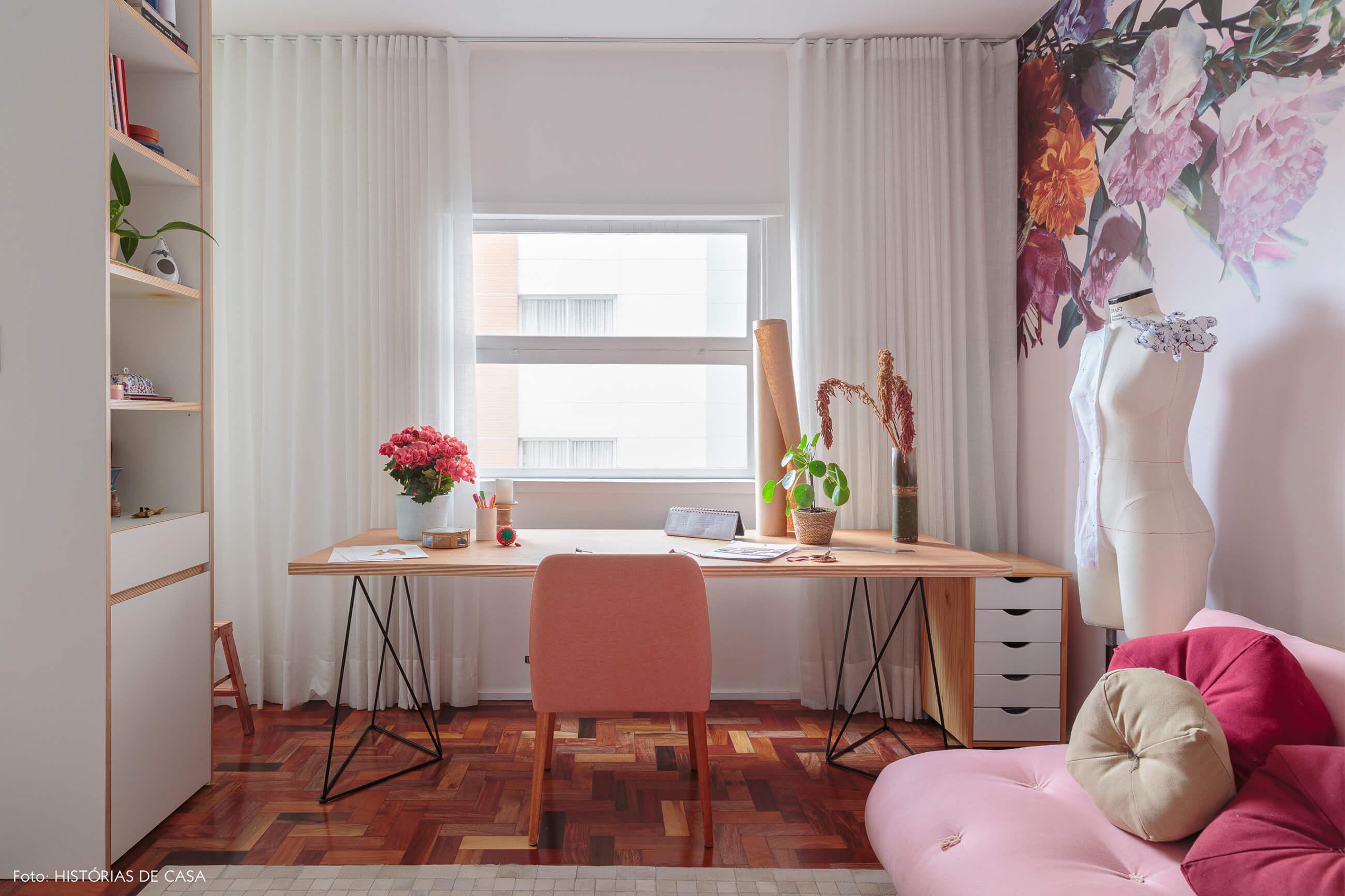 home-office-atelie-sofa-futom-rosa-mesa-madeira-cadeira-rosa