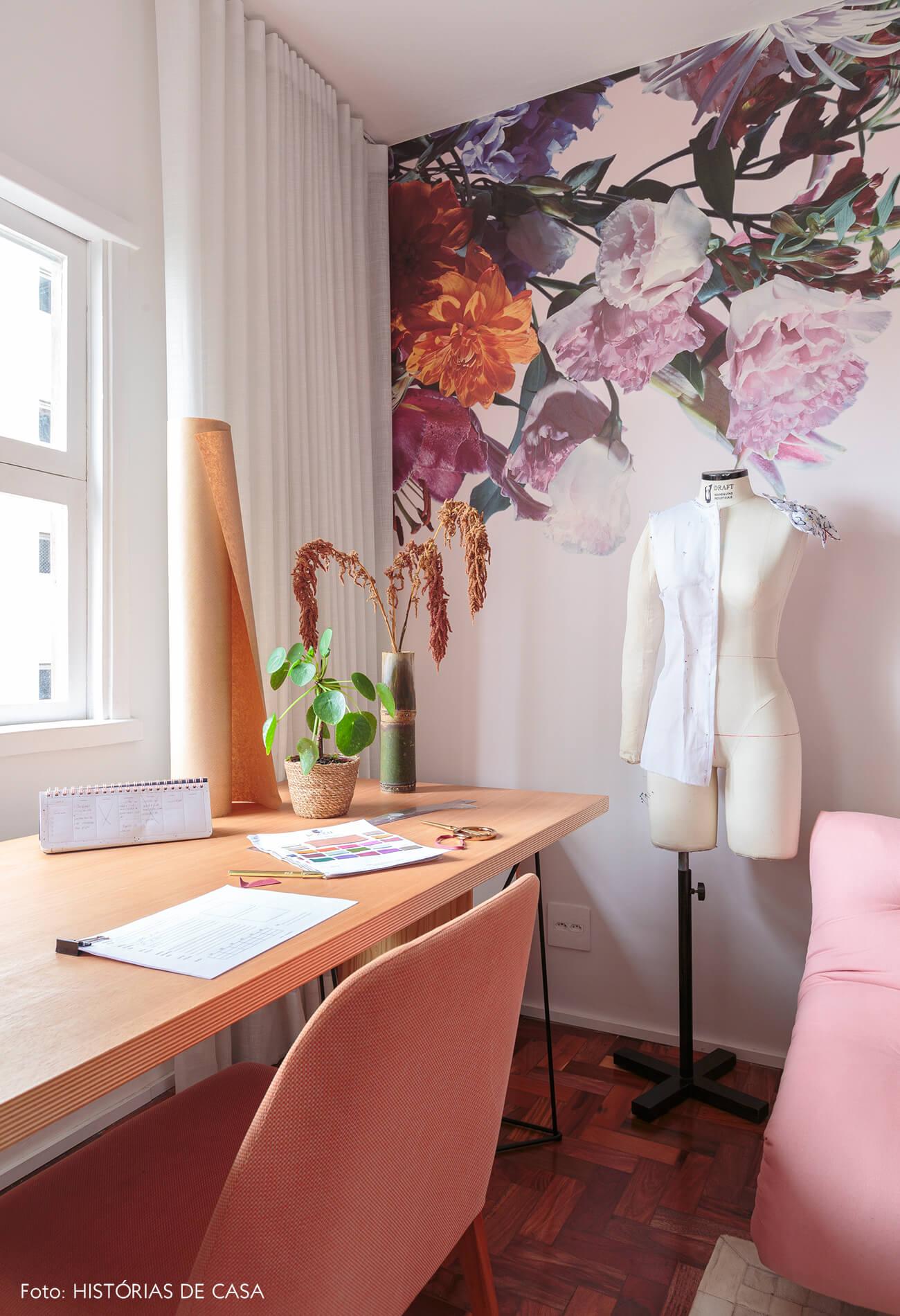 home-office-atelie-estilista-papel-de-parede-flores-rosa-mesa-madeira-clara-cadeira-e-sofa-rosa-manequim