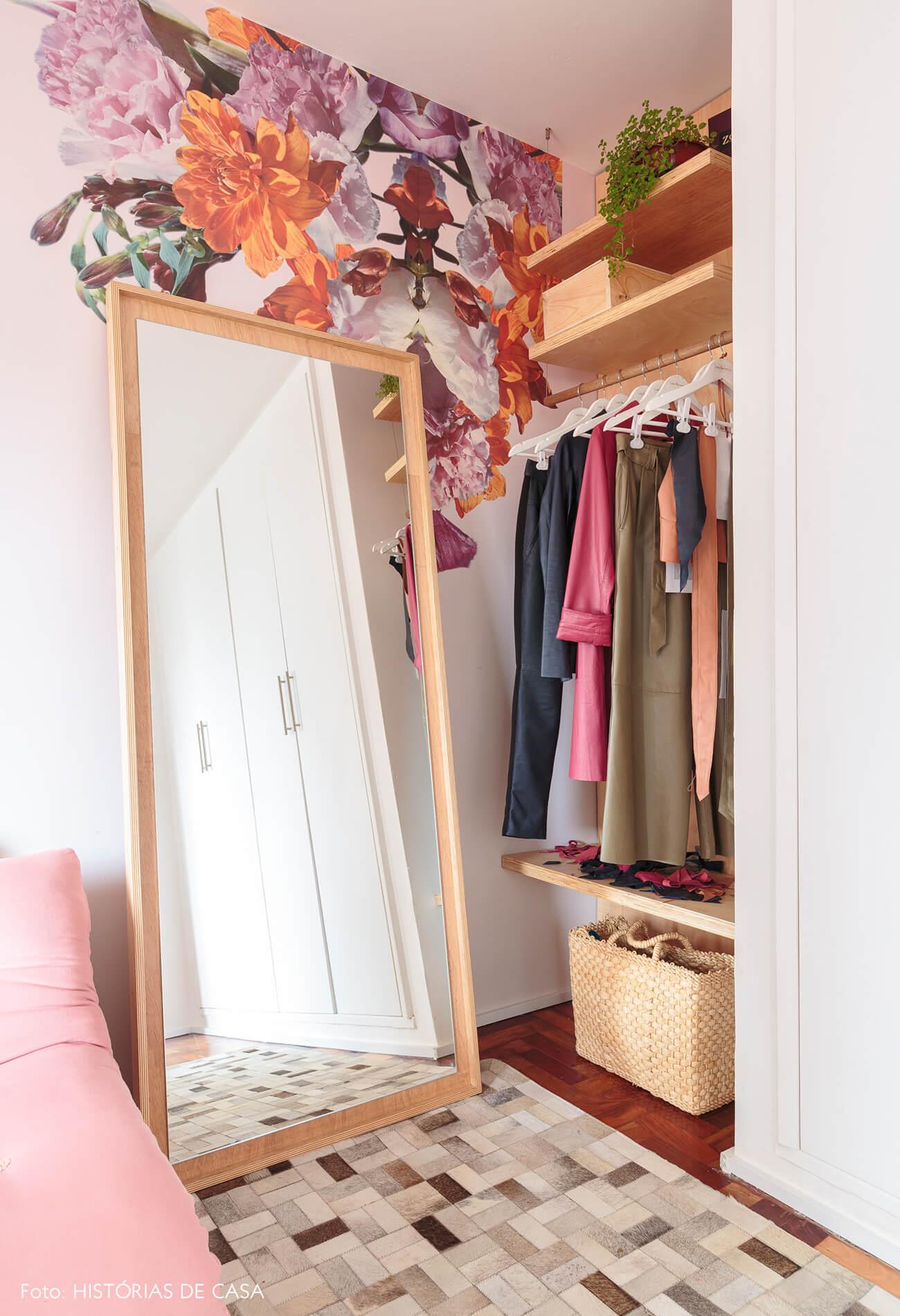 home-office-atelie-papel-de-parede-flores-rosa-espelho-moldura-madeira-clara-tapete-armarios-brancos-sofa-rosa