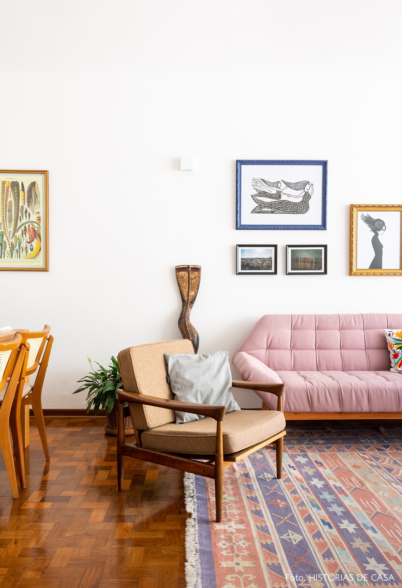 sala-piso-madeira-tapete-estampado-mesa-cadeiras-madeira-sofa-rosa