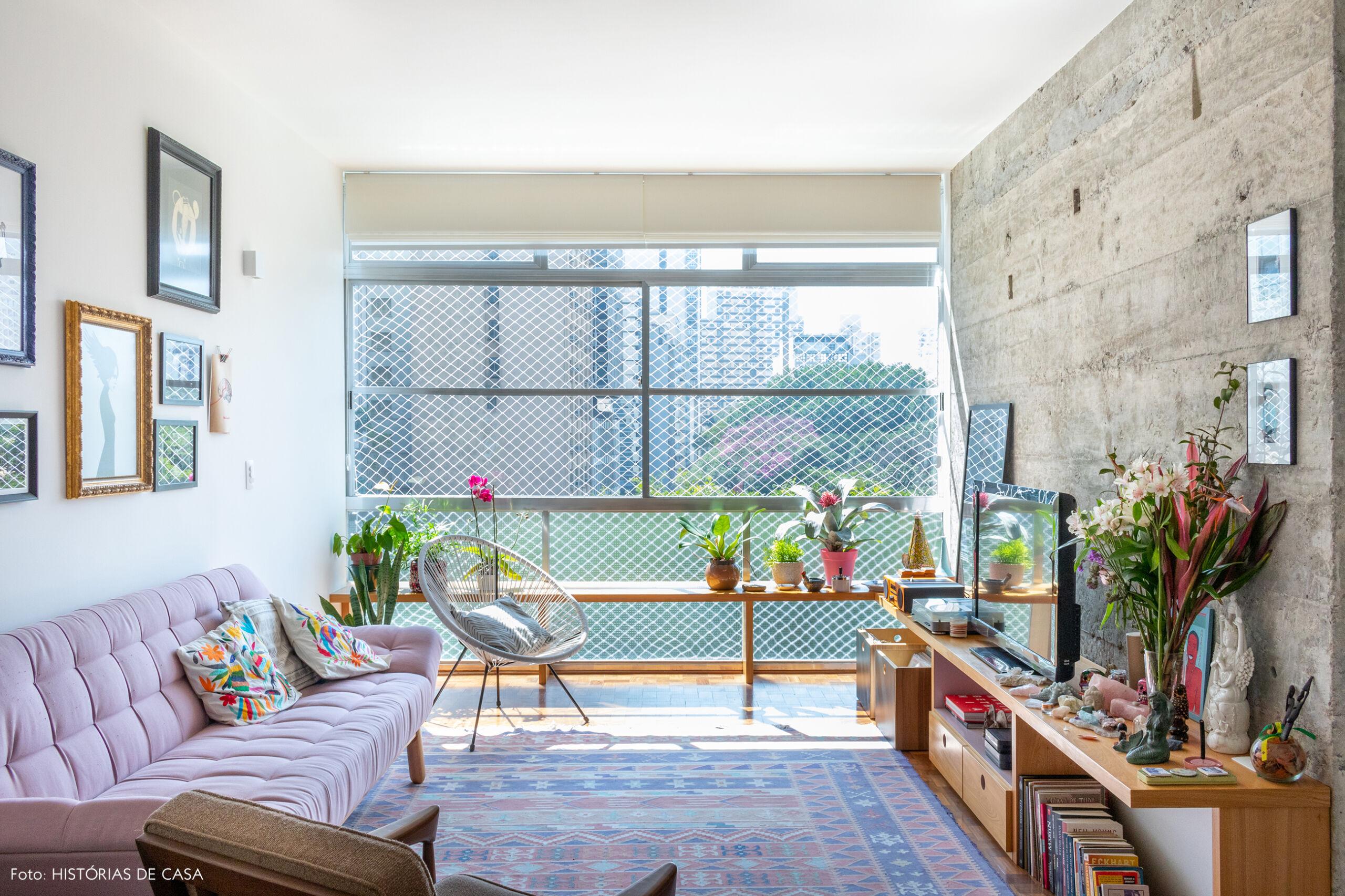 sala-janela-grande-plantas-sofa-rosa-rack-madeira-cadeira-branca.
