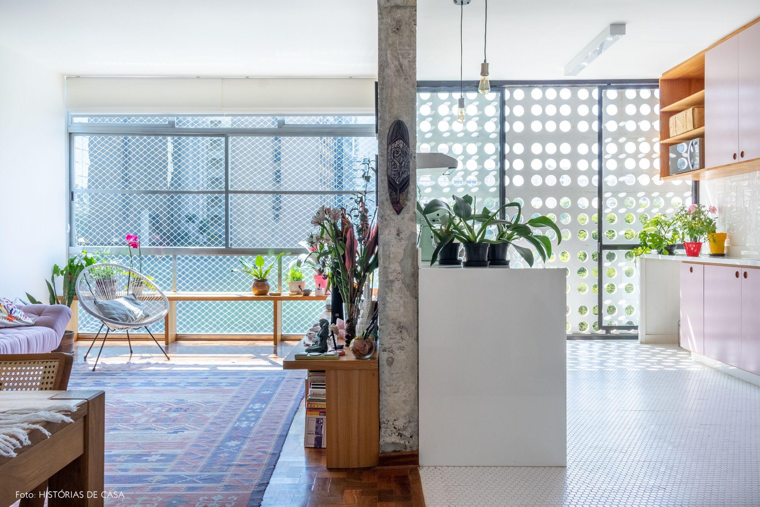 sala-cozinha-parede-concreto-armario-rosa-janela-grande-cogobo-caderia-branca-plantas