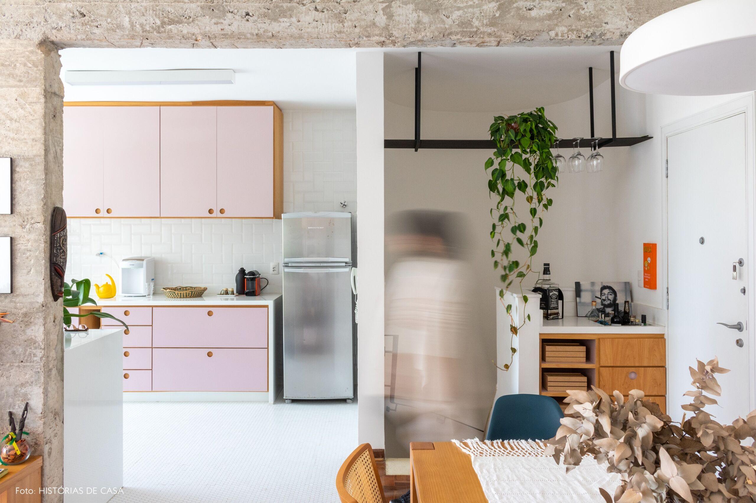 sala-cozinha-parede-concreto-armario-rosa-bar-mesa-madeira